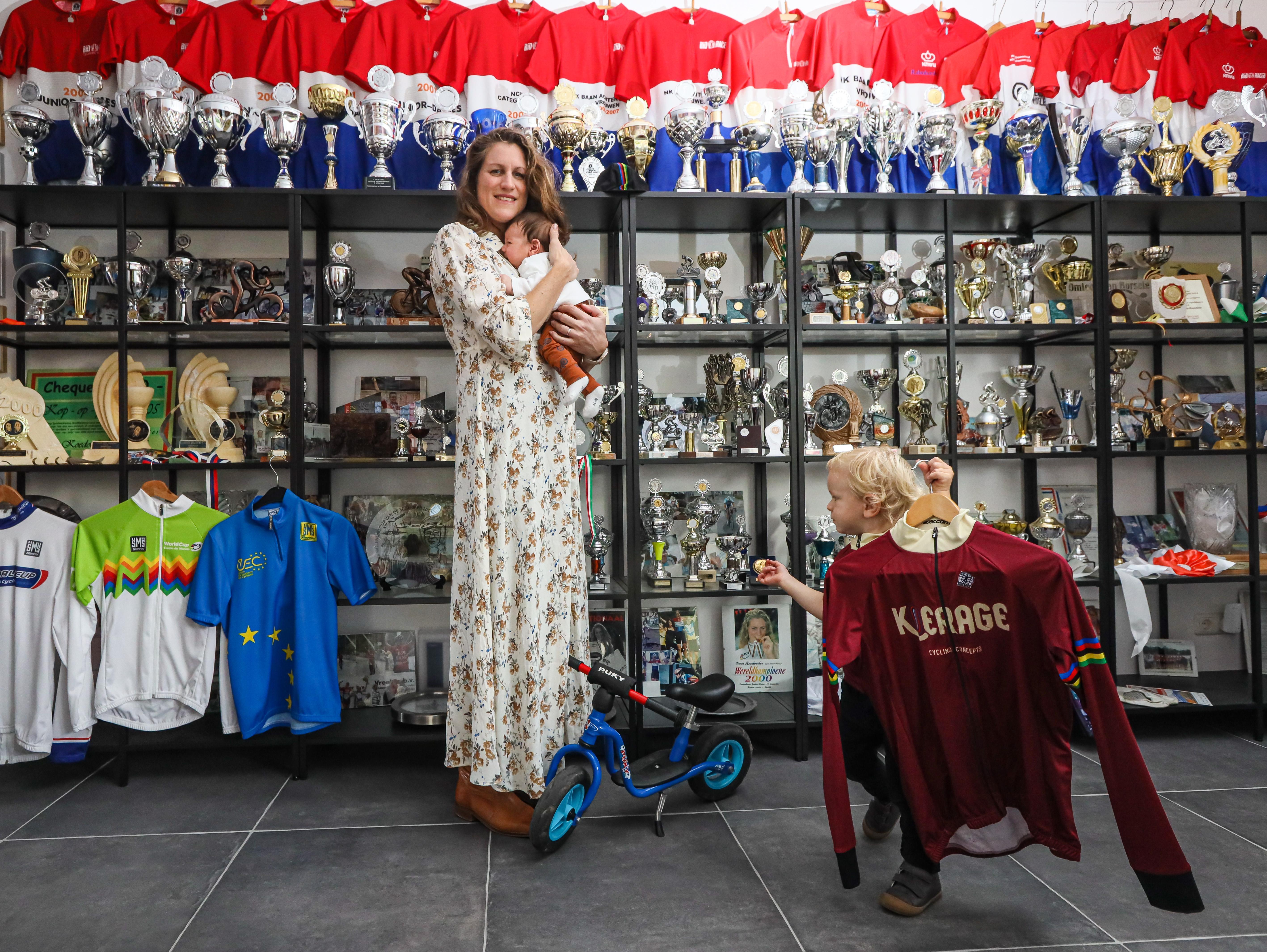 Voormalig wielrenster Vera Koedooder verkiest privégeluk als moeder boven zakelijke belangen als eigen baas: 'Als ik daardoor uit beeld raak in de wielrennerij? So be it'