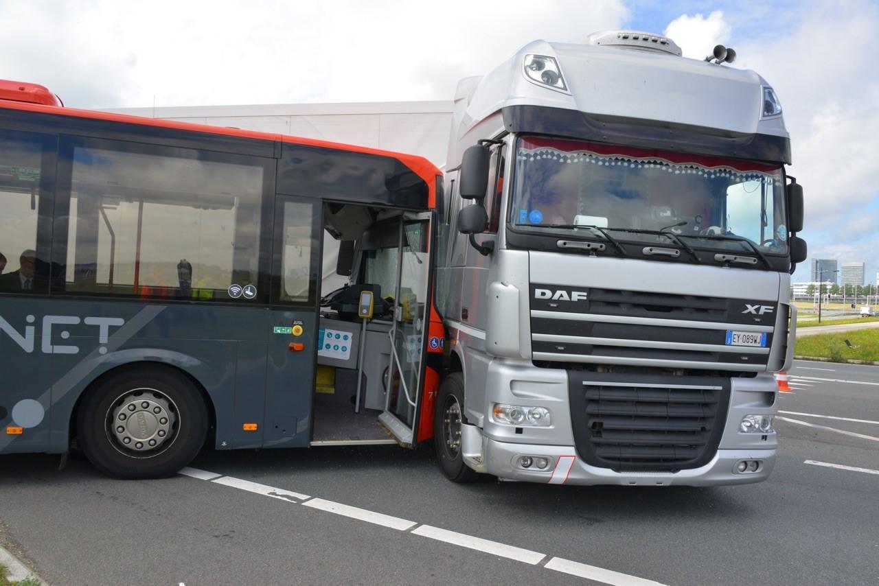 Bus botst op vrachtwagen in Hoofddorp, zes personen lichtgewond