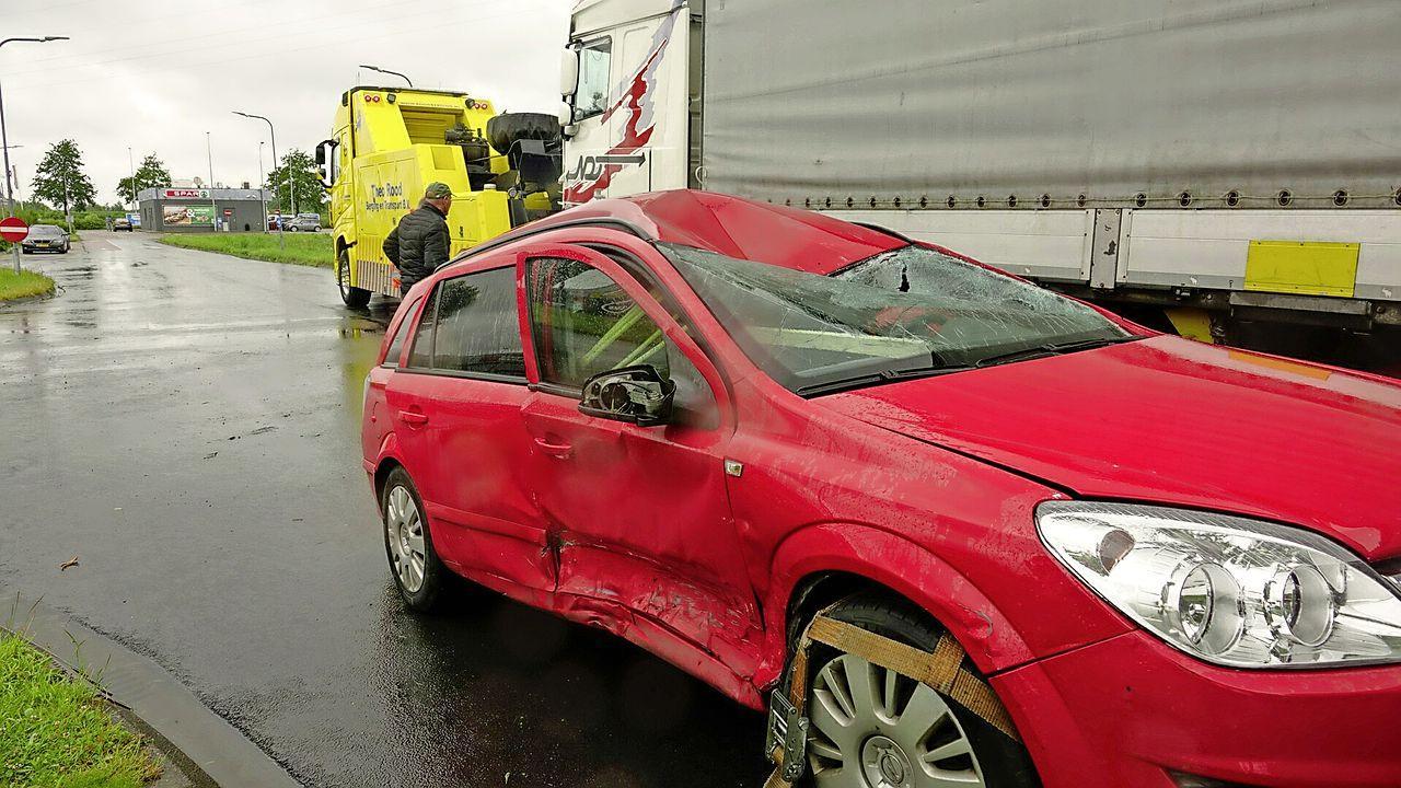 Veel schade bij ongeluk met twee auto's en vrachtwagen in Enkhuizen
