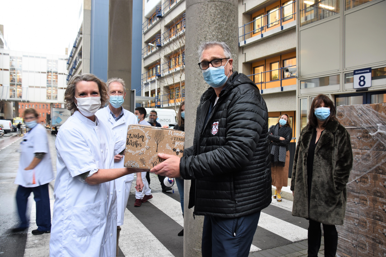 Jeroen van Elewout kroop door het oog van de naald en bedankt artsen en verpleegkundigen van de Leidse ic-afdeling met driehonderd kerstpakketten