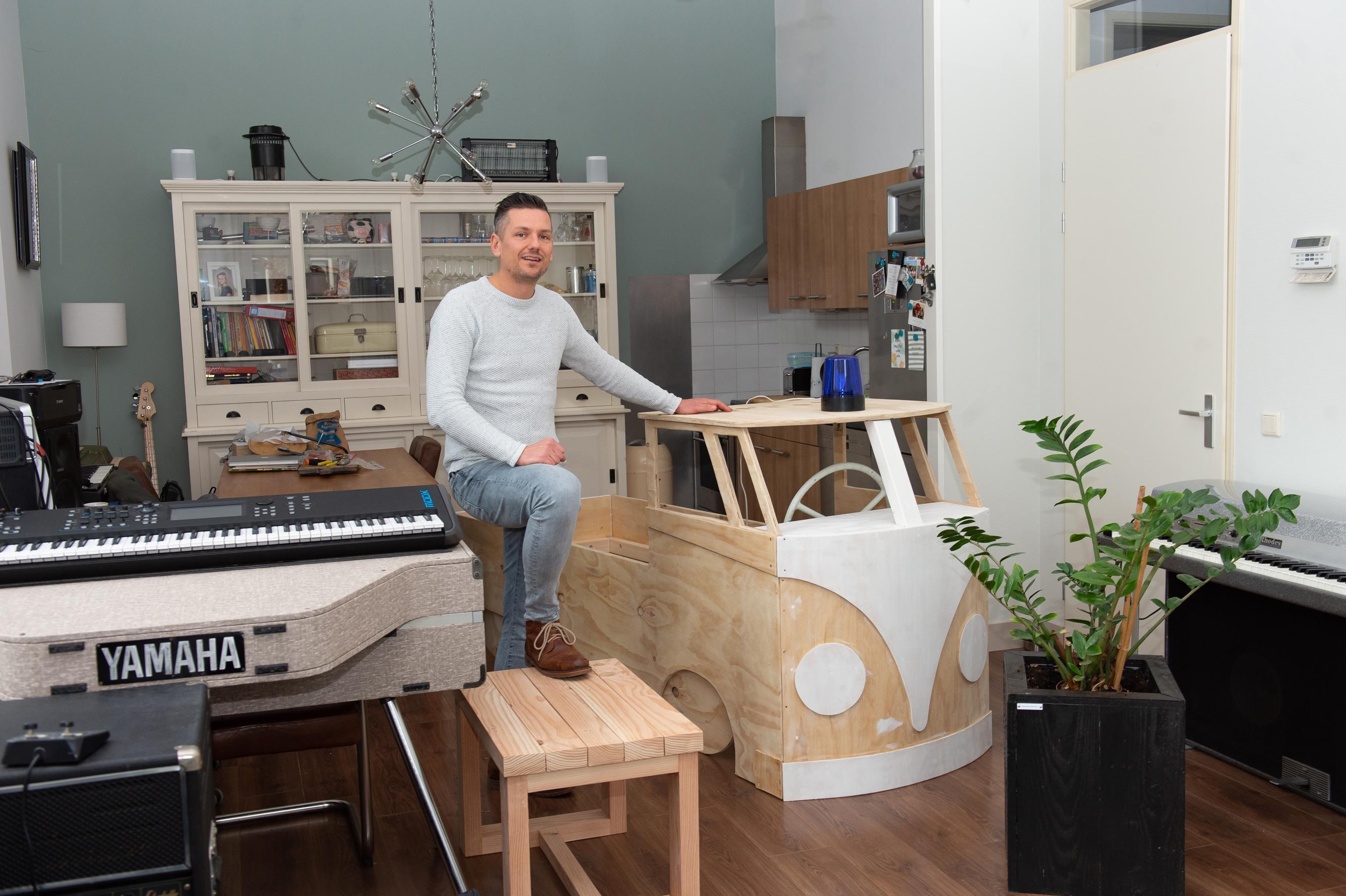 Pianist Sander van Wonderen uit Beemster kon niet meer optreden en begon meubelmakerij: 'Ik heb mijn verloren inkomsten al dubbel terugverdiend'