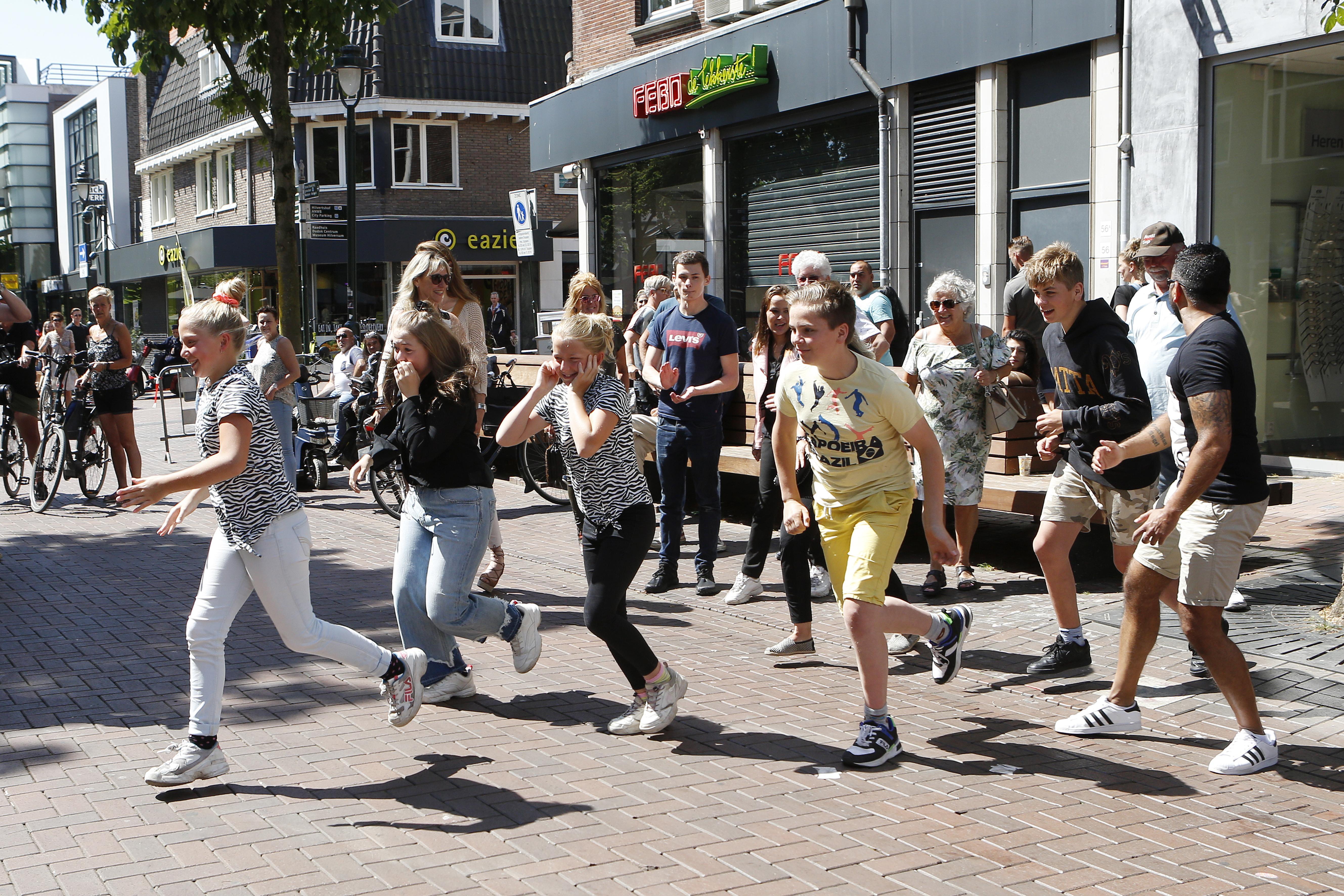 Rennend het terras op in Hilversum! 'Dolblij dat we weer mogen' en 'Fijn om andere gezichten te zien'