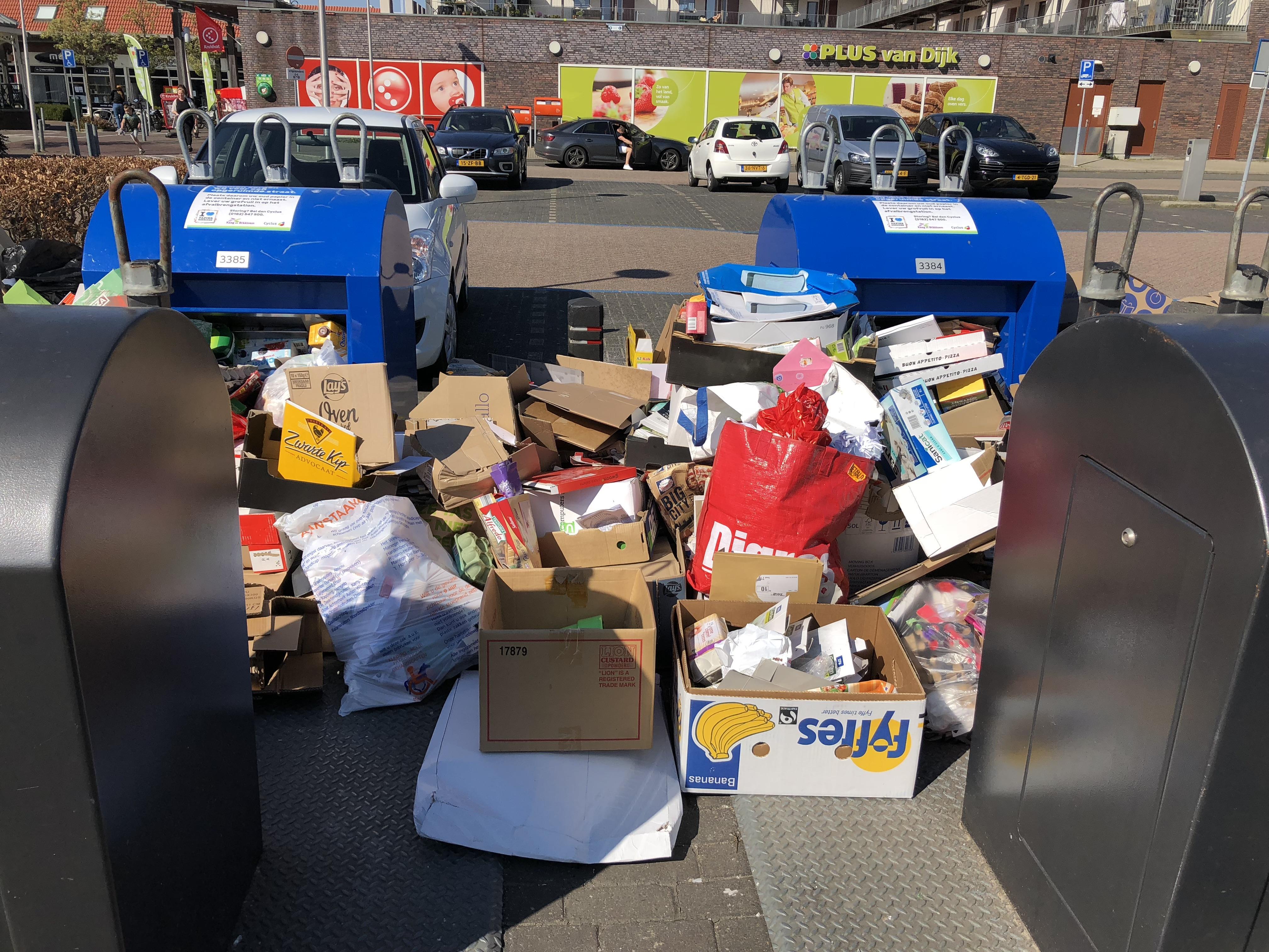 'Weg met ondergrondse papiercontainers in winkelcentra Roelofarendsveen en Oude Wetering die het toch niet aankunnen'