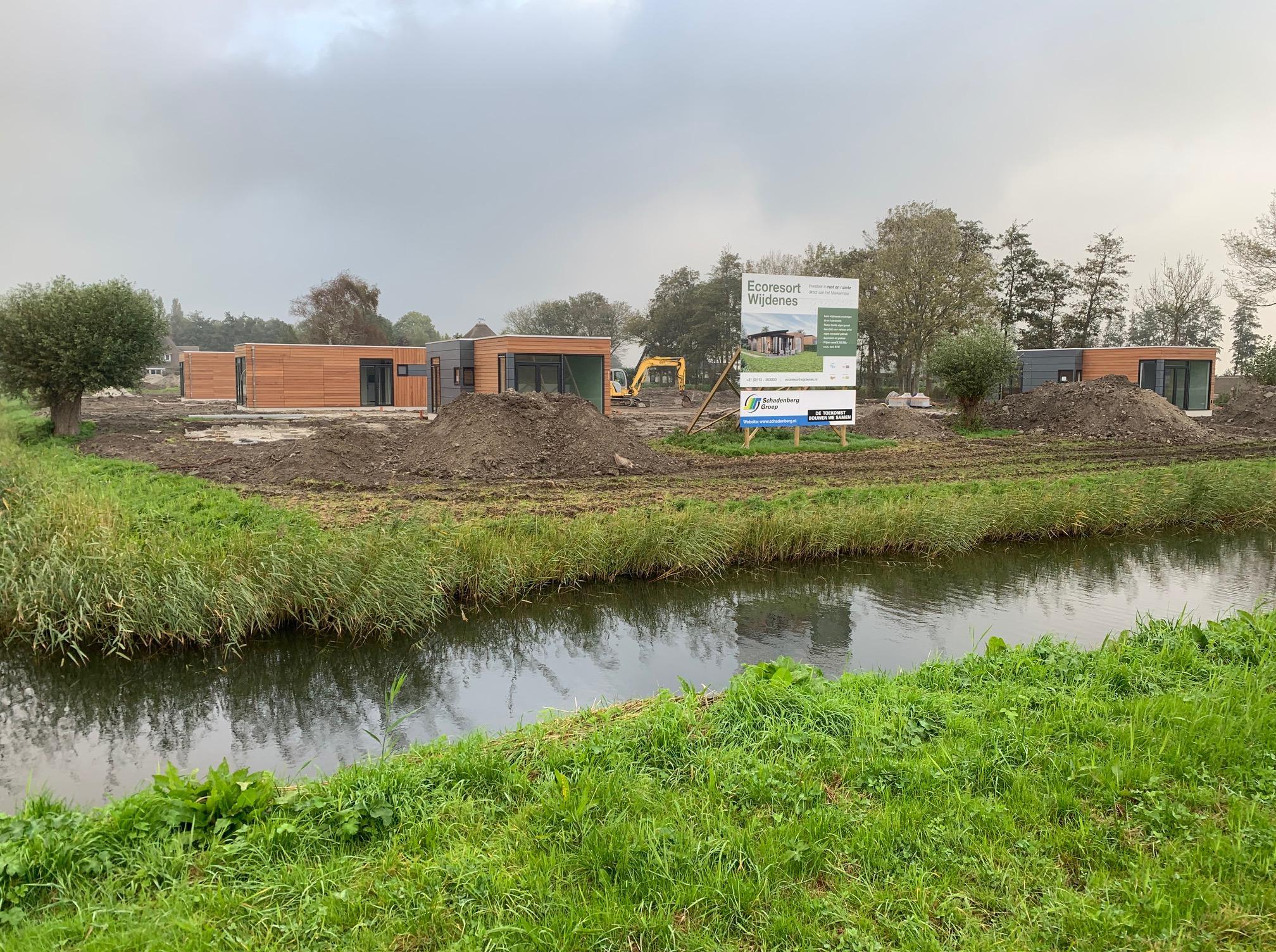 Eerste vakantiehuisjes staan op hun plek in Wijdenes, park Roompot gaat in april open