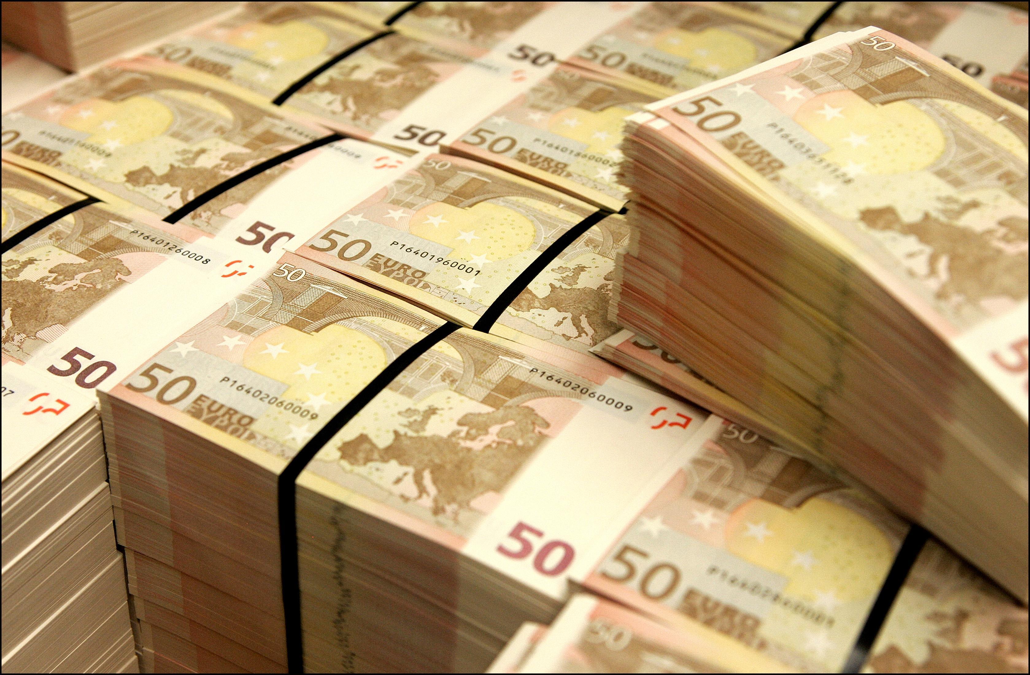 Witwassers uit Hilversum en Bussum moeten een jaar de cel in: agenten zagen een van de mannen met twee ton aan contant geld in zijn auto stappen