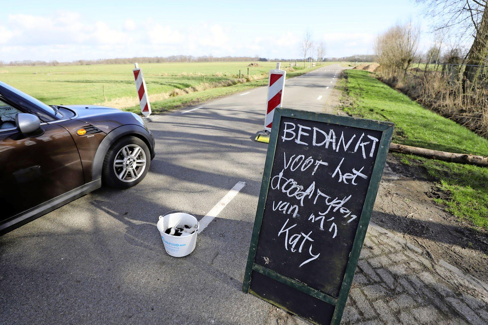Doodgereden kat in een emmer als wanhopig protest, want Wytze Nauta is meer dan klaar met het gejakker over de polderwegen; 'Soest, er moet nu echt iets gebeuren!'
