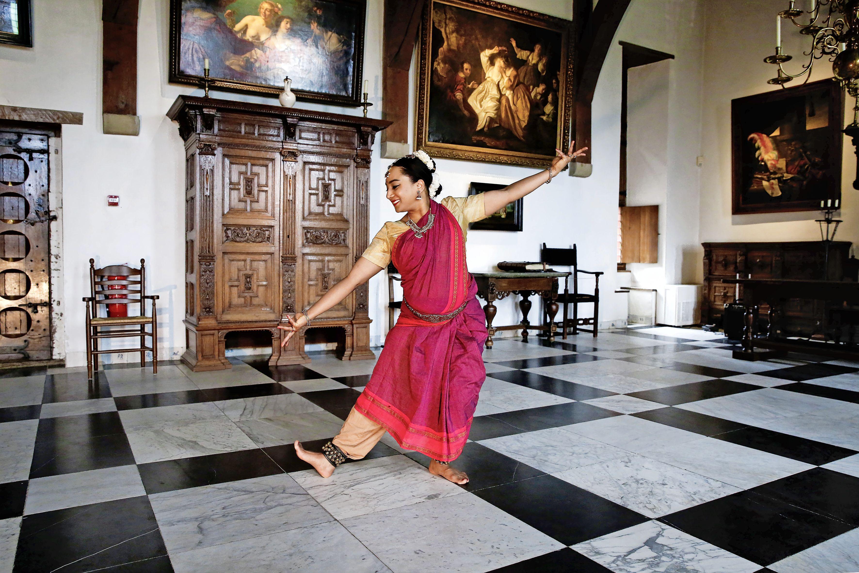Muiderslot viert de lente met klassieke Indiase dans; 'Hooftpodium blaast cultuur online nieuw leven in'