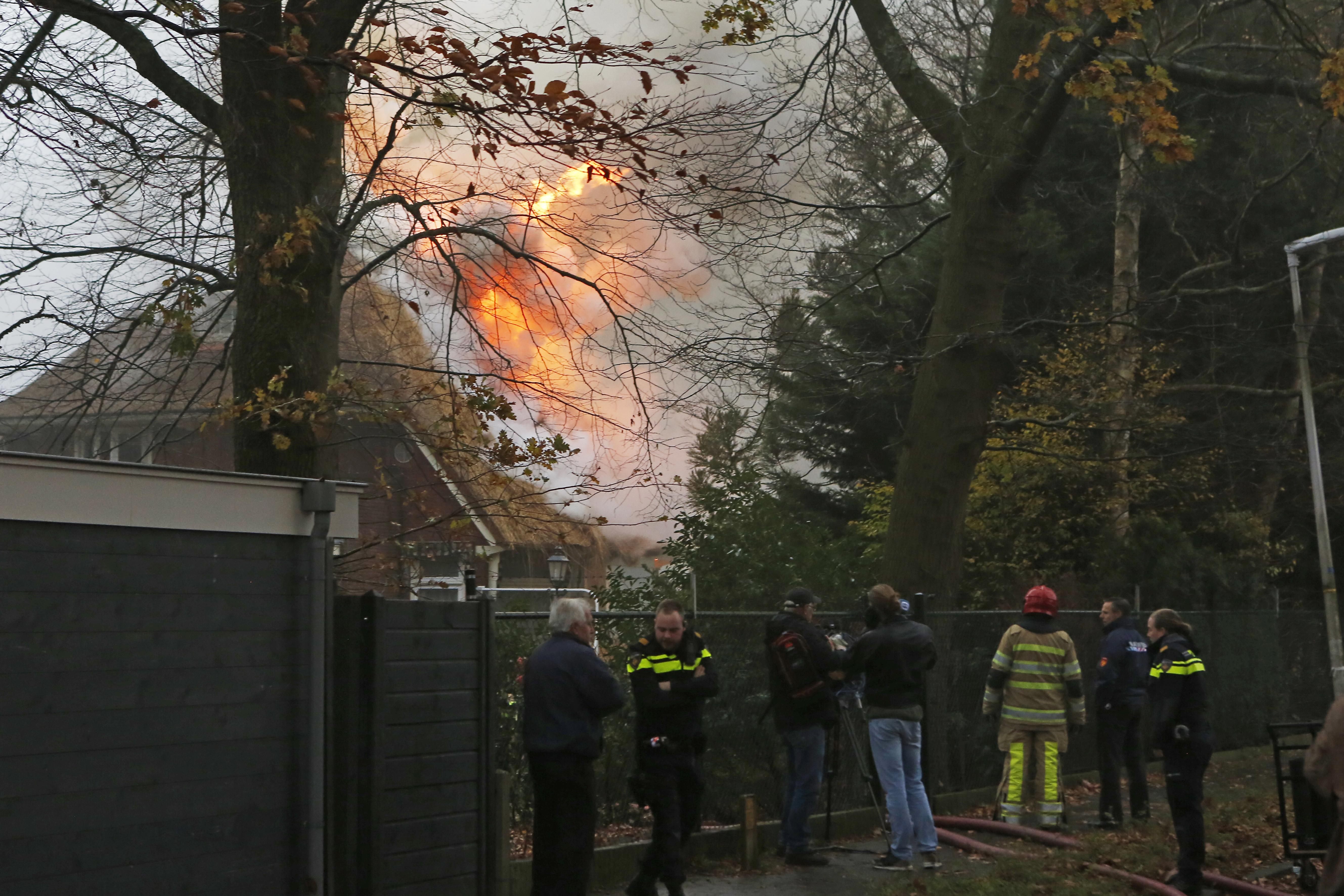 Brand in rieten kap Bussumse villa zet snelweg onder de rook