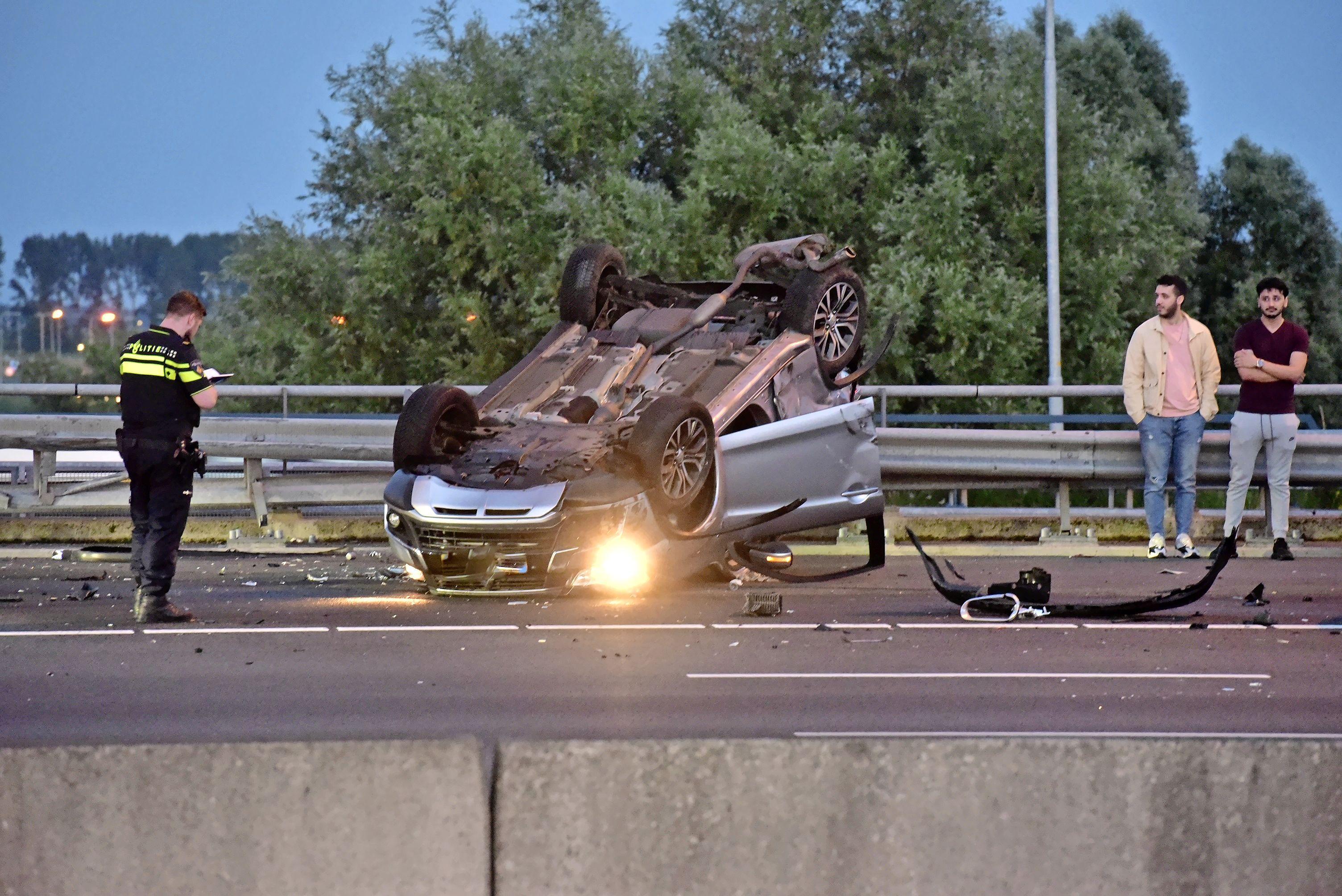 Auto slaat over de kop bij ongeval op de A4 in Leiden, twee personen naar ziekenhuis