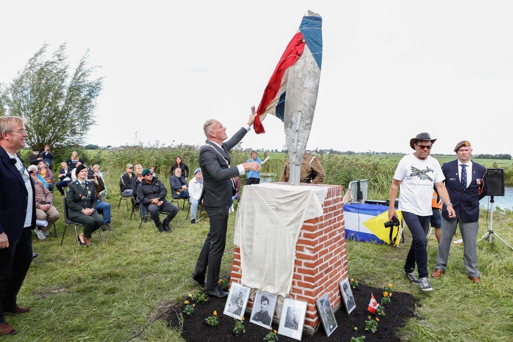 Vlak voor neerstorten vliegtuig hoorde Muiden 'Ooo, mommy' schreeuwen; Last Post en een traan bij onthulling Halifax Monument voor RAF-vliegers in 1943