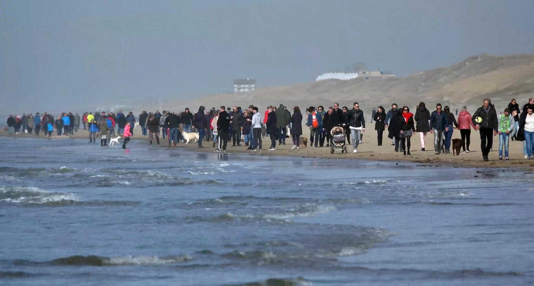Topdrukte bij Egmond aan Zee tijdens eerste 'stranddag' [video]