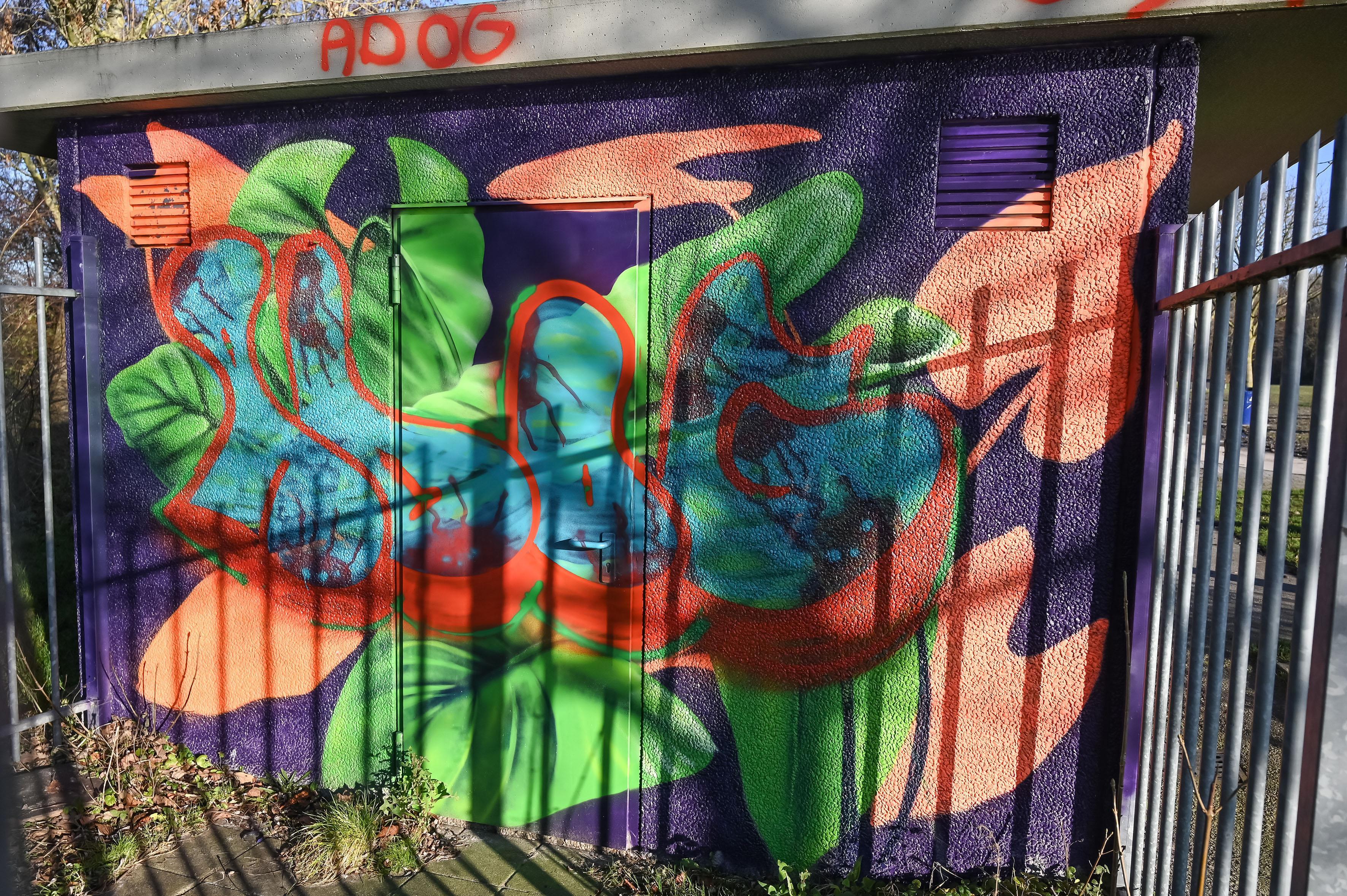 Muurkunst beklad op toiletgebouw in Julianapark in Hoorn