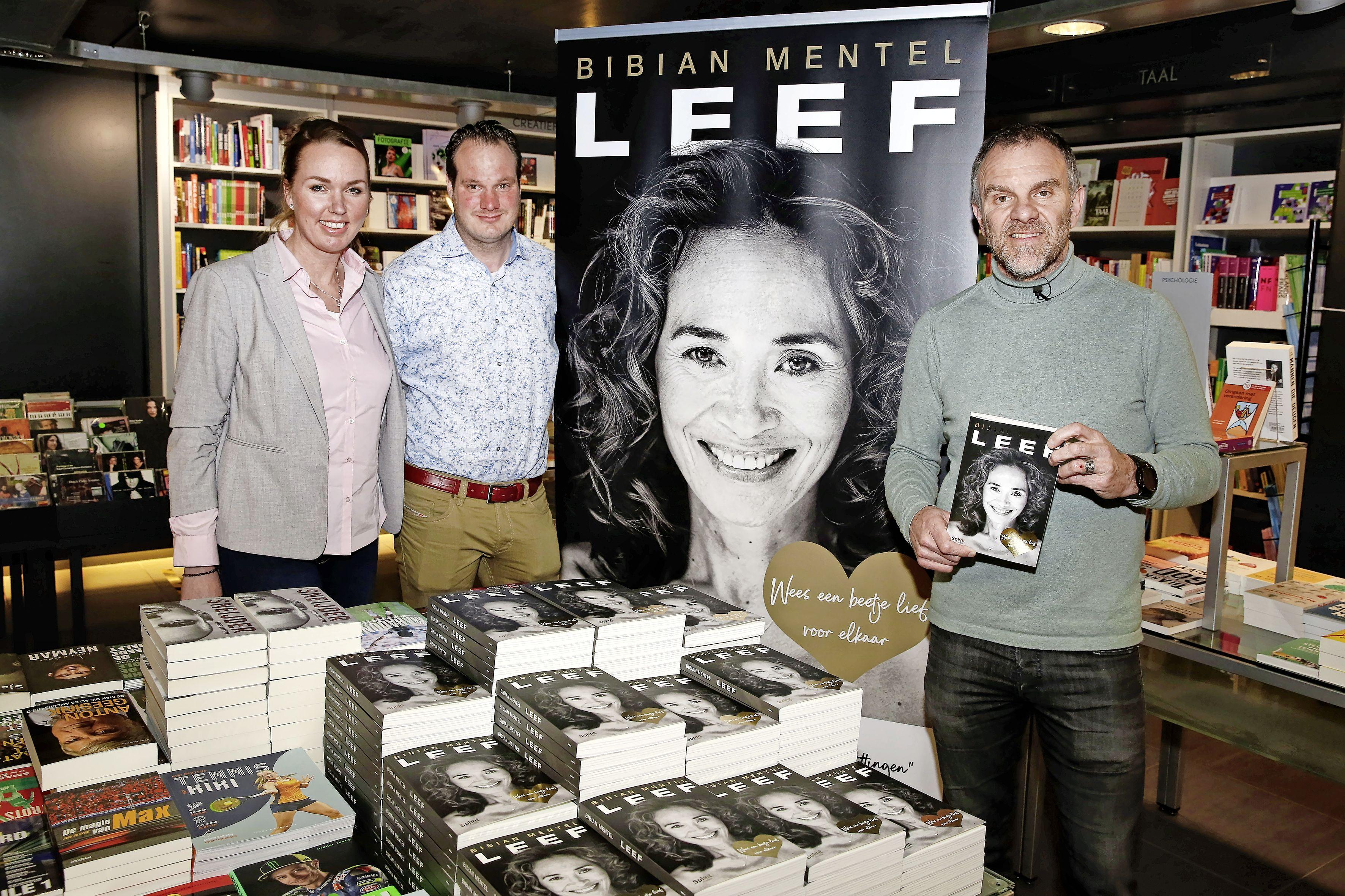 Bibian Mentel werkte nog tot haar dood aan haar boek 'Leef'. Edwin Spee krijgt bij boekhandel Voorhoeve in Hilversum eerste exemplaar. 'Ze had er graag nog bij willen zijn'