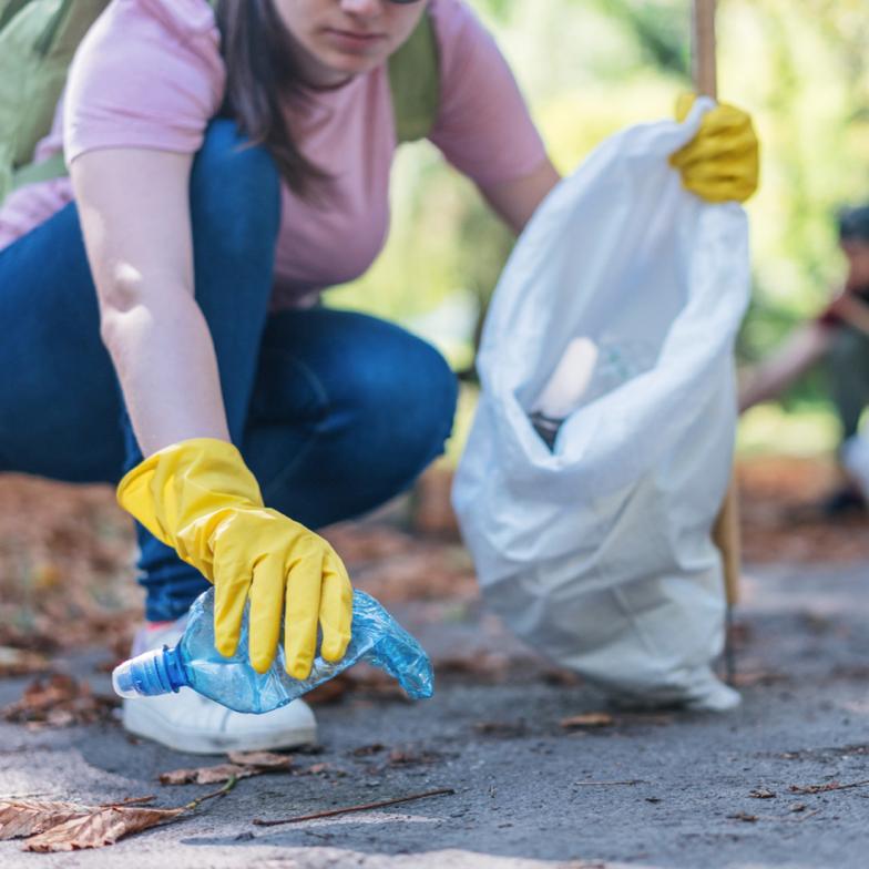 Zwerfafval challenge in Monnickendam: verzamel afval en streep zoveel mogelijk soorten af op je bingokaart