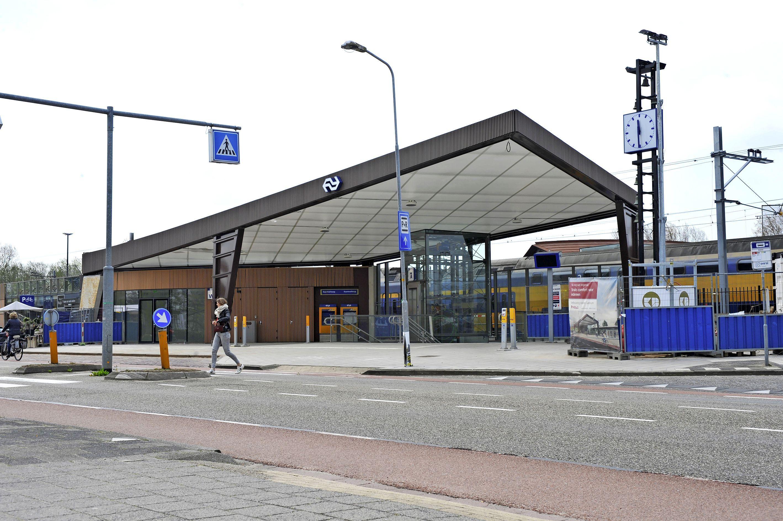 Gemoderniseerde station wordt geopend met een filmpje, de kapot gestoken luifel is provisorisch hersteld