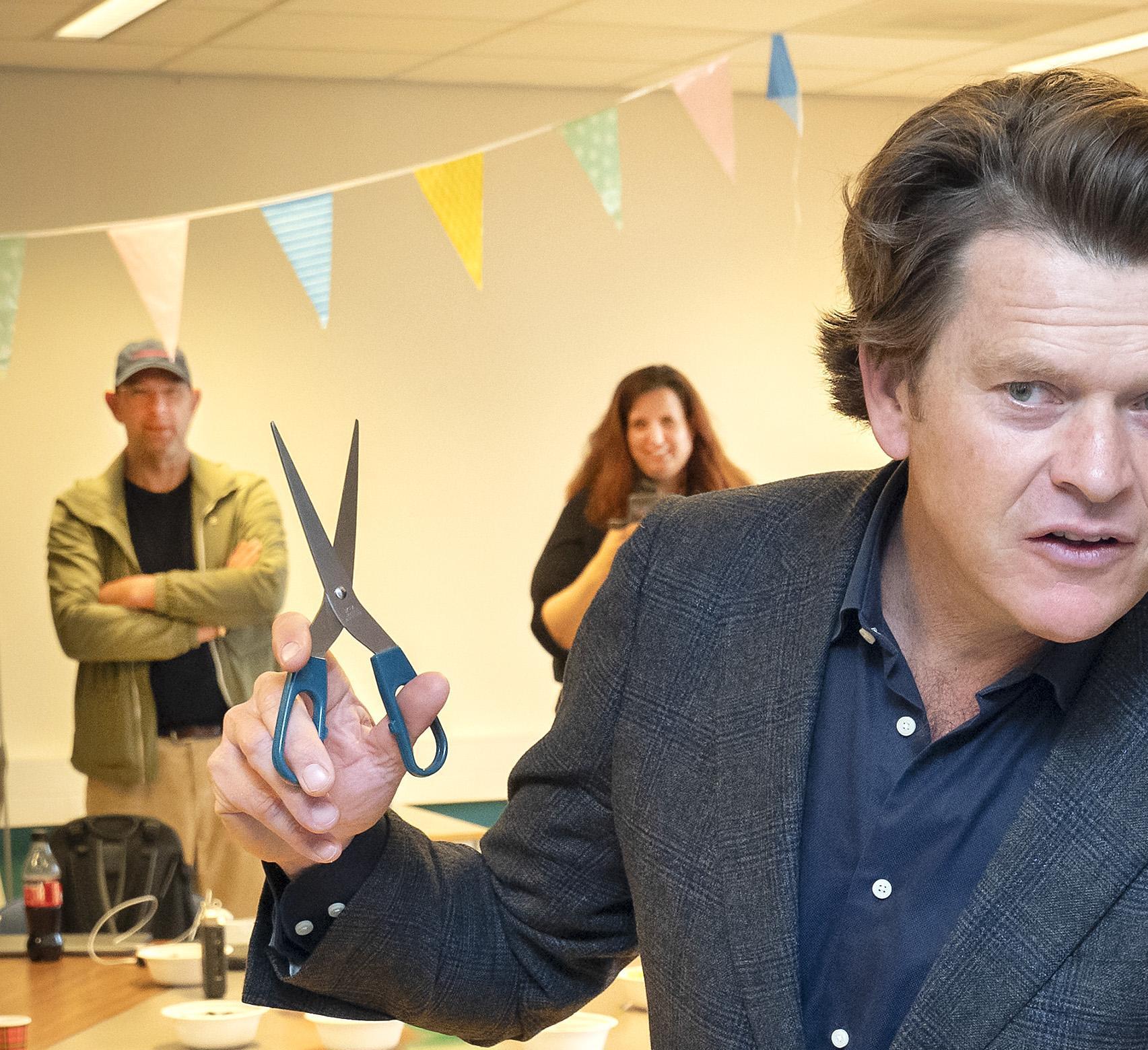 'Verwend nest en 'kakker uit Bloemendaal' opent radiostation voor psychiatrie. 'Ik ben blij dat ik iets terug kan doen'