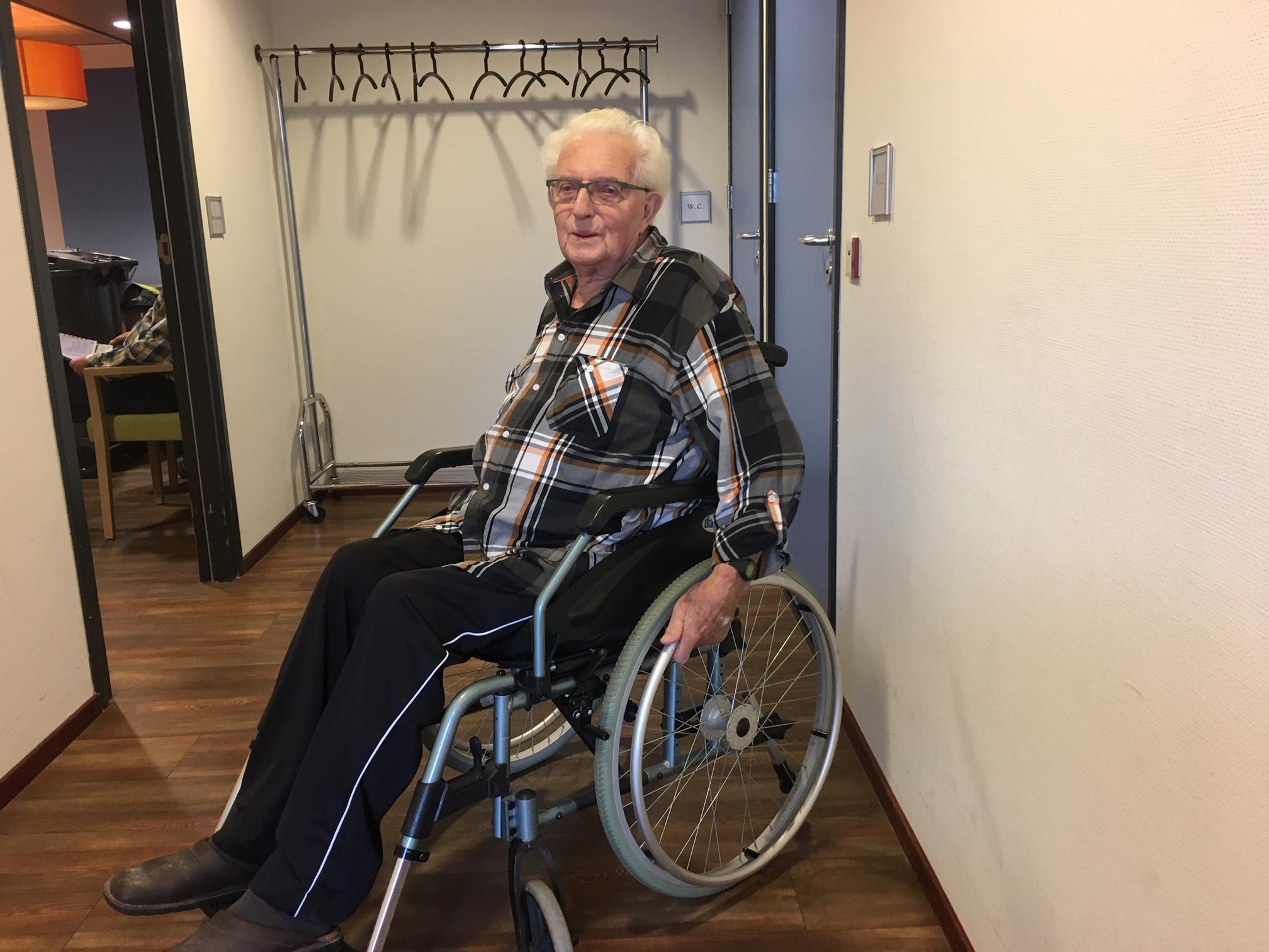 In een rolstoel naar het mobiele stemkantoor om de hoek
