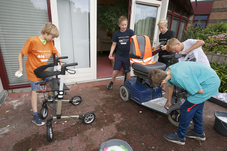 Schuimklodders vliegen in het rond bij Keijzershoff in Anna Paulowna. Terwijl Arie Rempt lekker aan de koffie zit wordt zijn scootmobiel compleet afgesopt. En de jeugd heeft er lol in