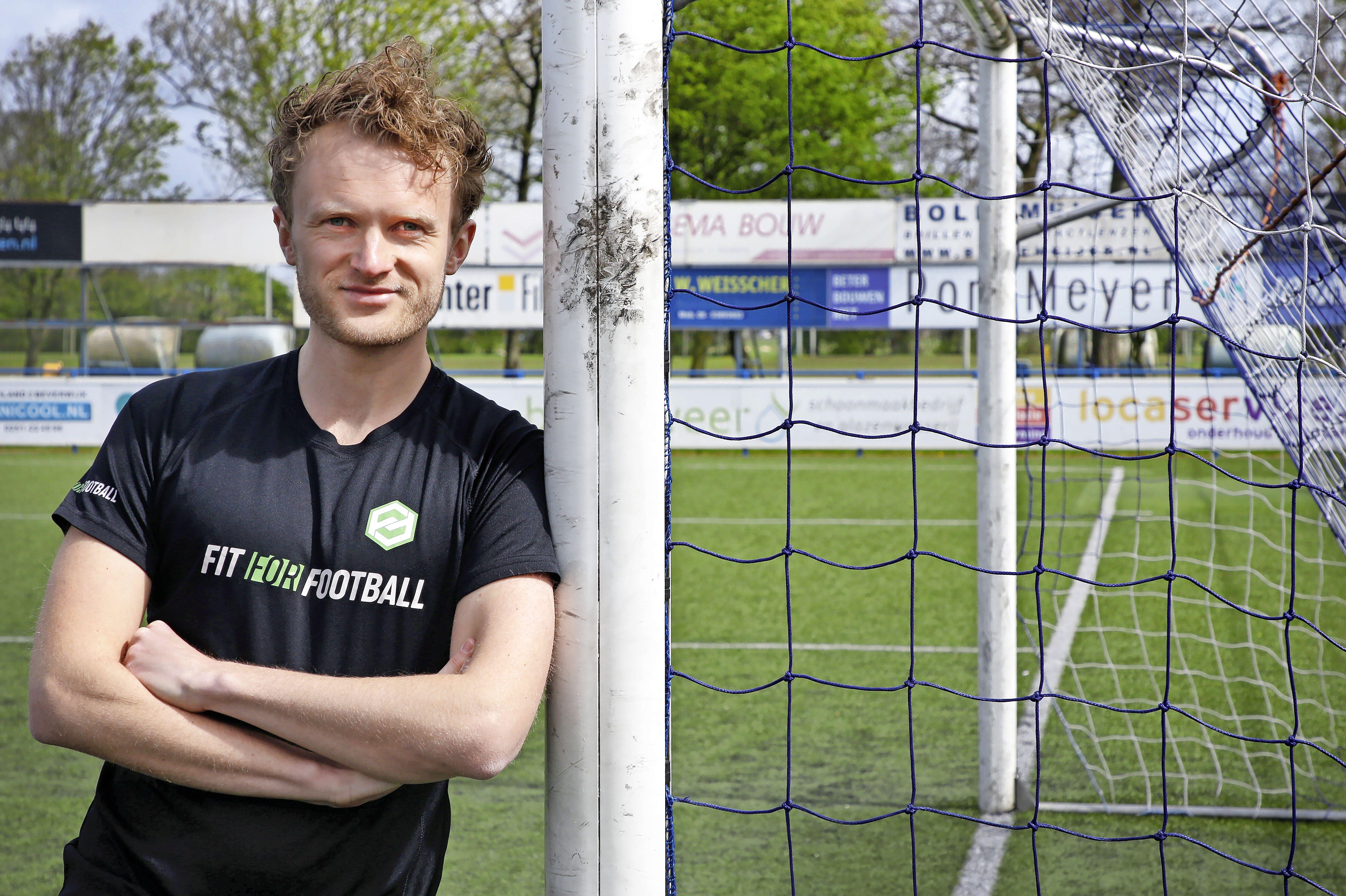 Wessel Dekker (25) speelde in de jeugd tegen Timothy Fosu-Mensah en Noussair Mazraoui van Ajax. Voor voetballers met grote dromen startte hij Fit For Football