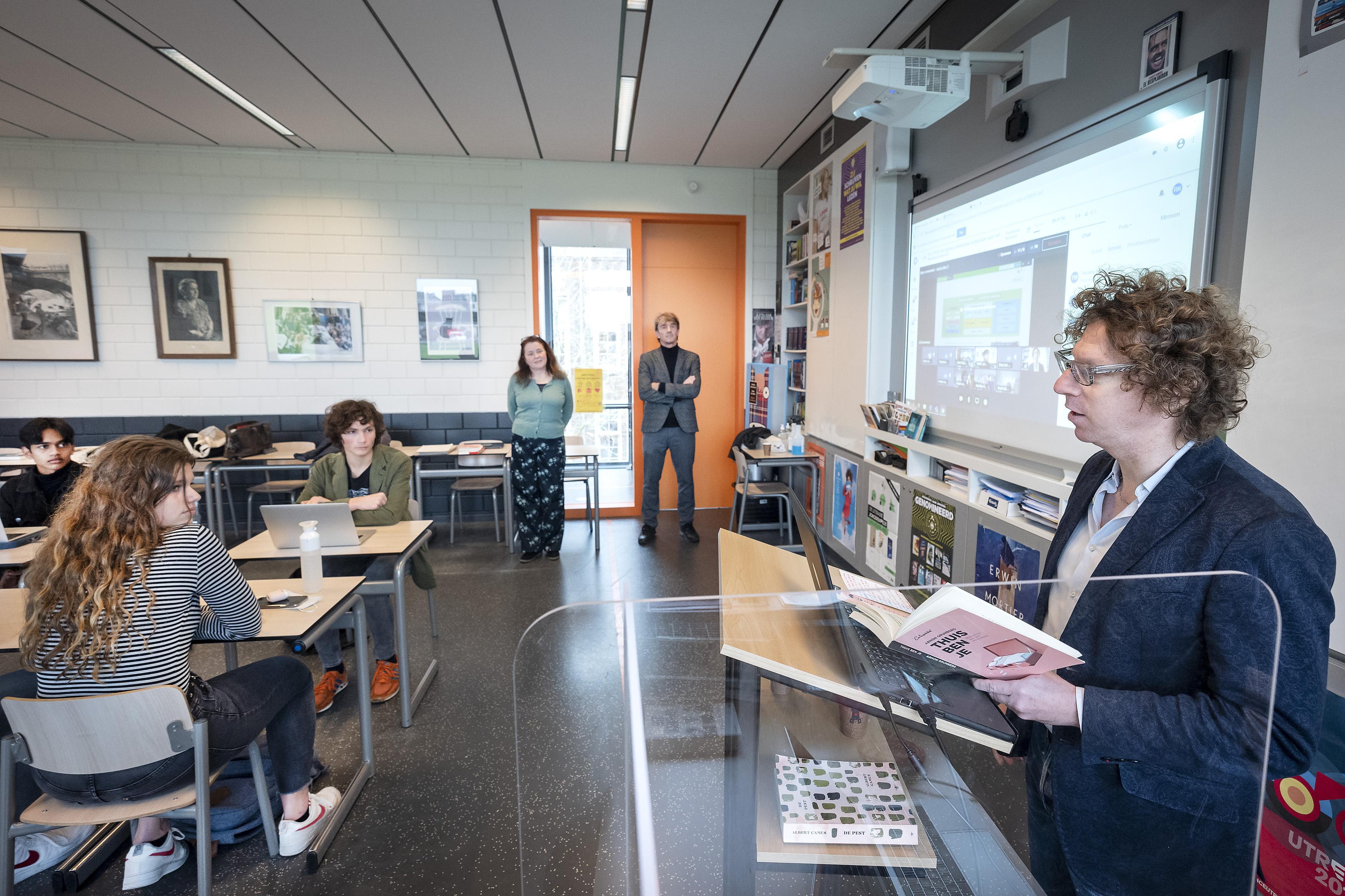 Schrijver Arnon Grunberg geeft gastles over literatuur op Vellesan College in IJmuiden: 'Ik beloof terug te komen'