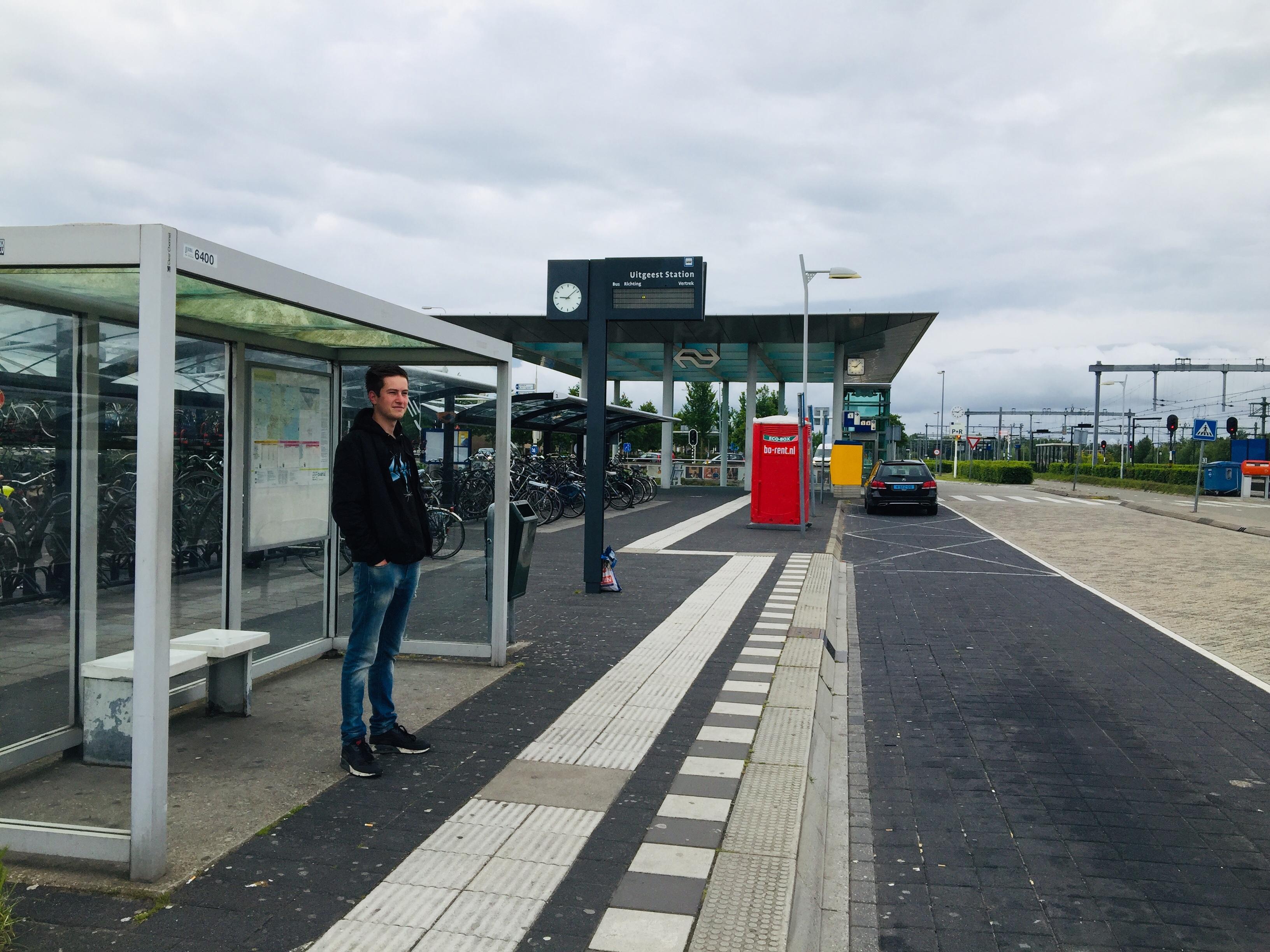 Lege perrons op de stations Uitgeest, Castricum, Heemskerk en Beverwijk, althans bijna leeg: 'Staking, ik kijk alleen Youtube en Netflix'
