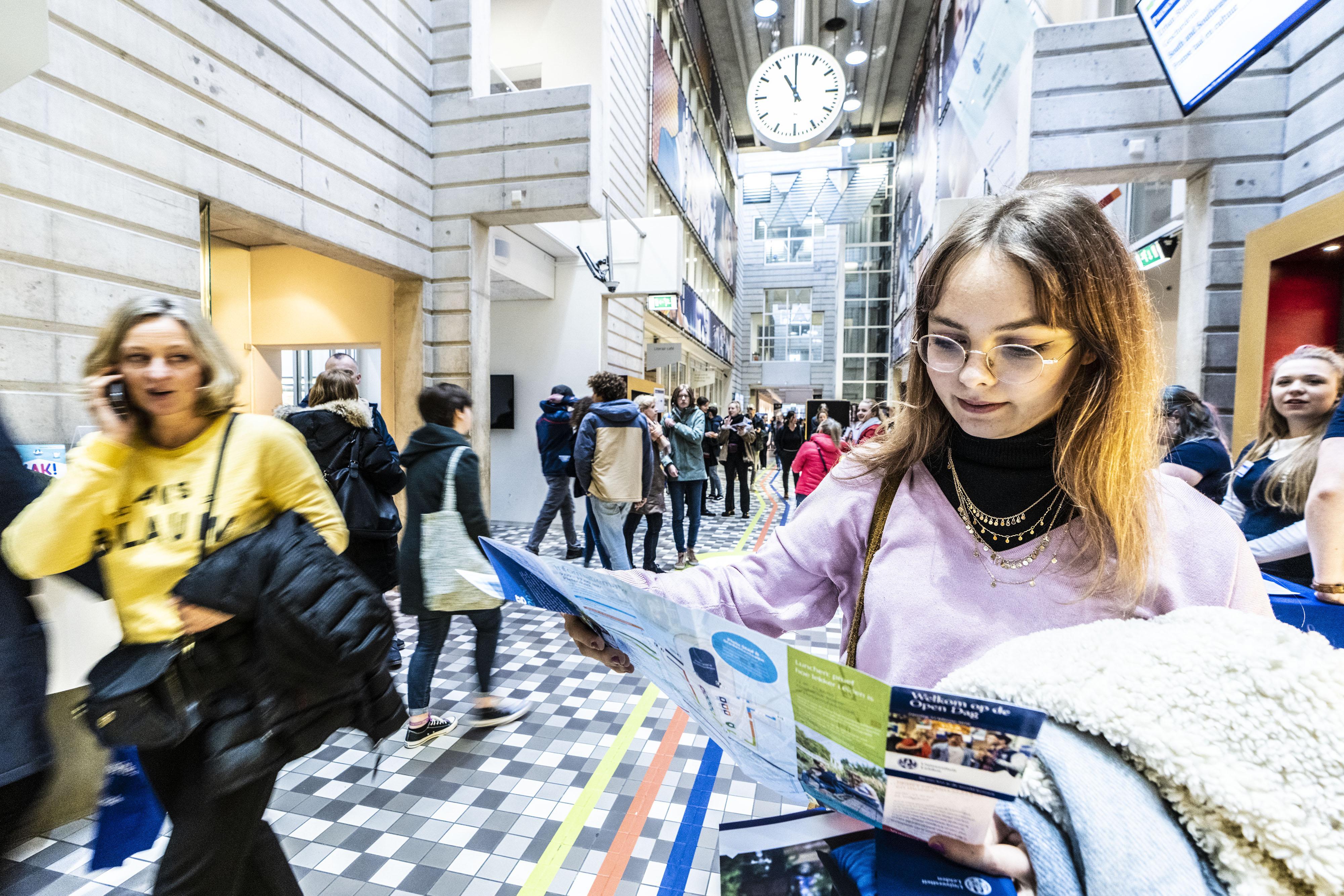 Open dag Leidse universiteit: onwennige scholieren ontmoeten zelfverzekerde studenten