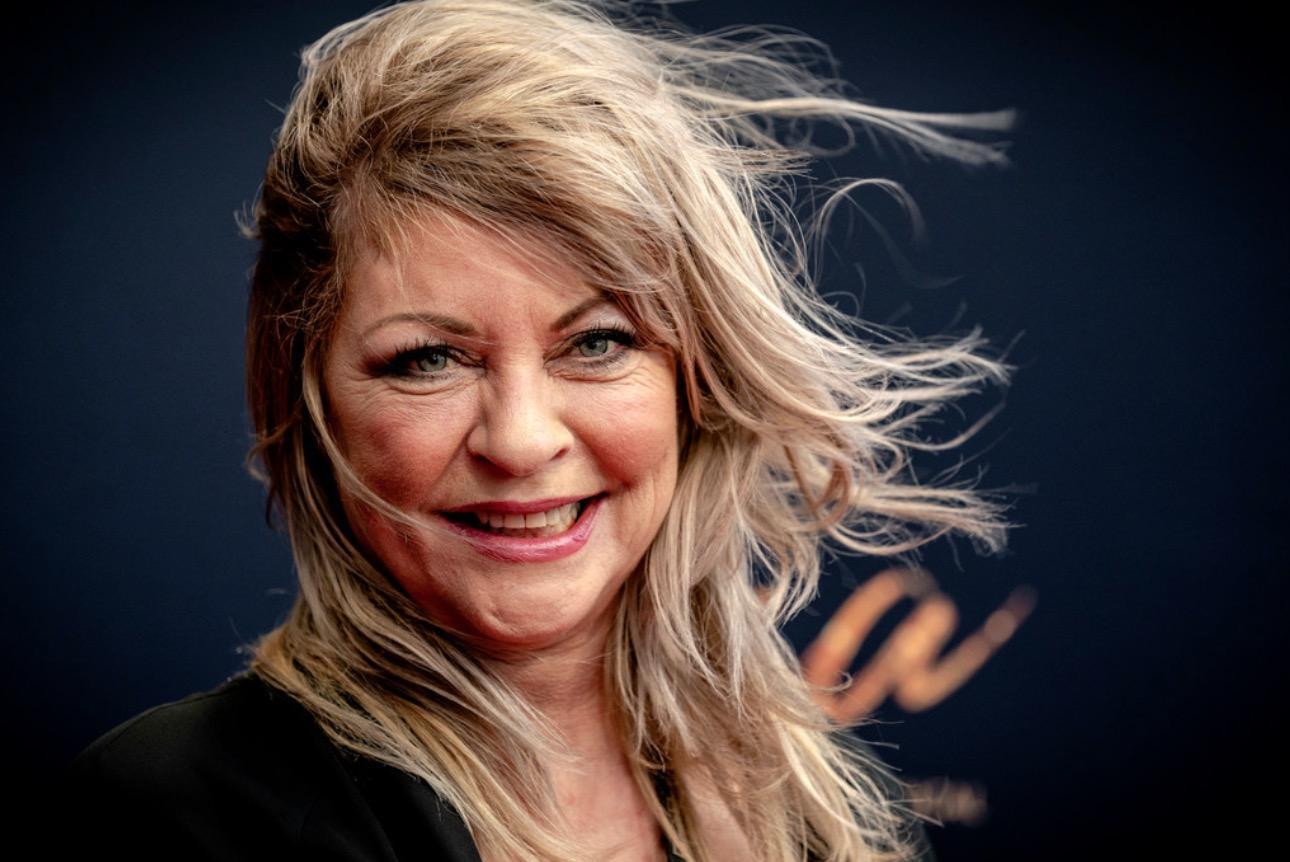 Presentatrice Manuëla Kemp gewond door Hilversumse veelpleger die draad over fietspaden spant