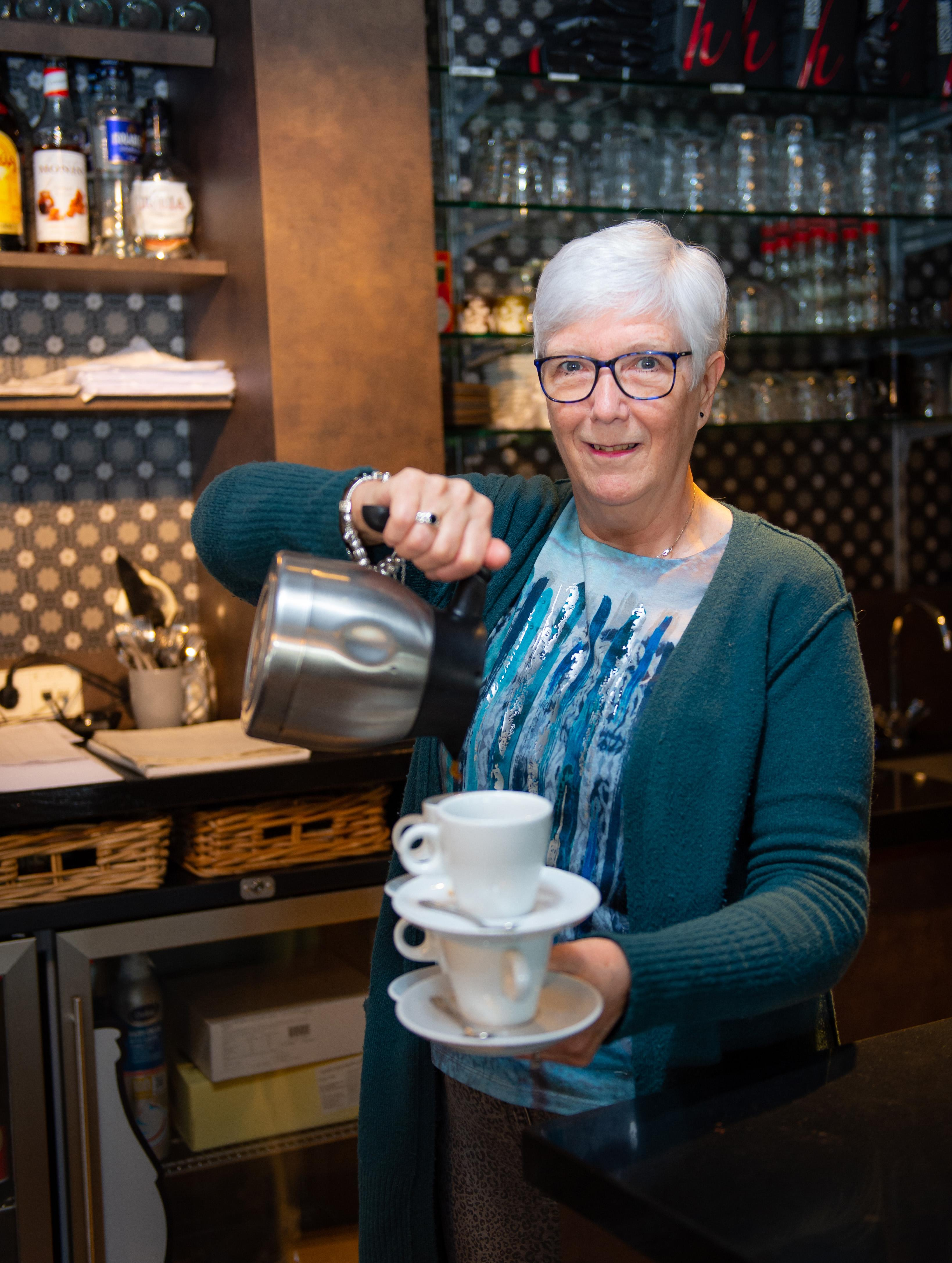 Sina kan met acht koffiekopjes tegelijk lopen en ademt een halve eeuw horeca 'Ik maakte vijftig kilo gehaktballen in de week'