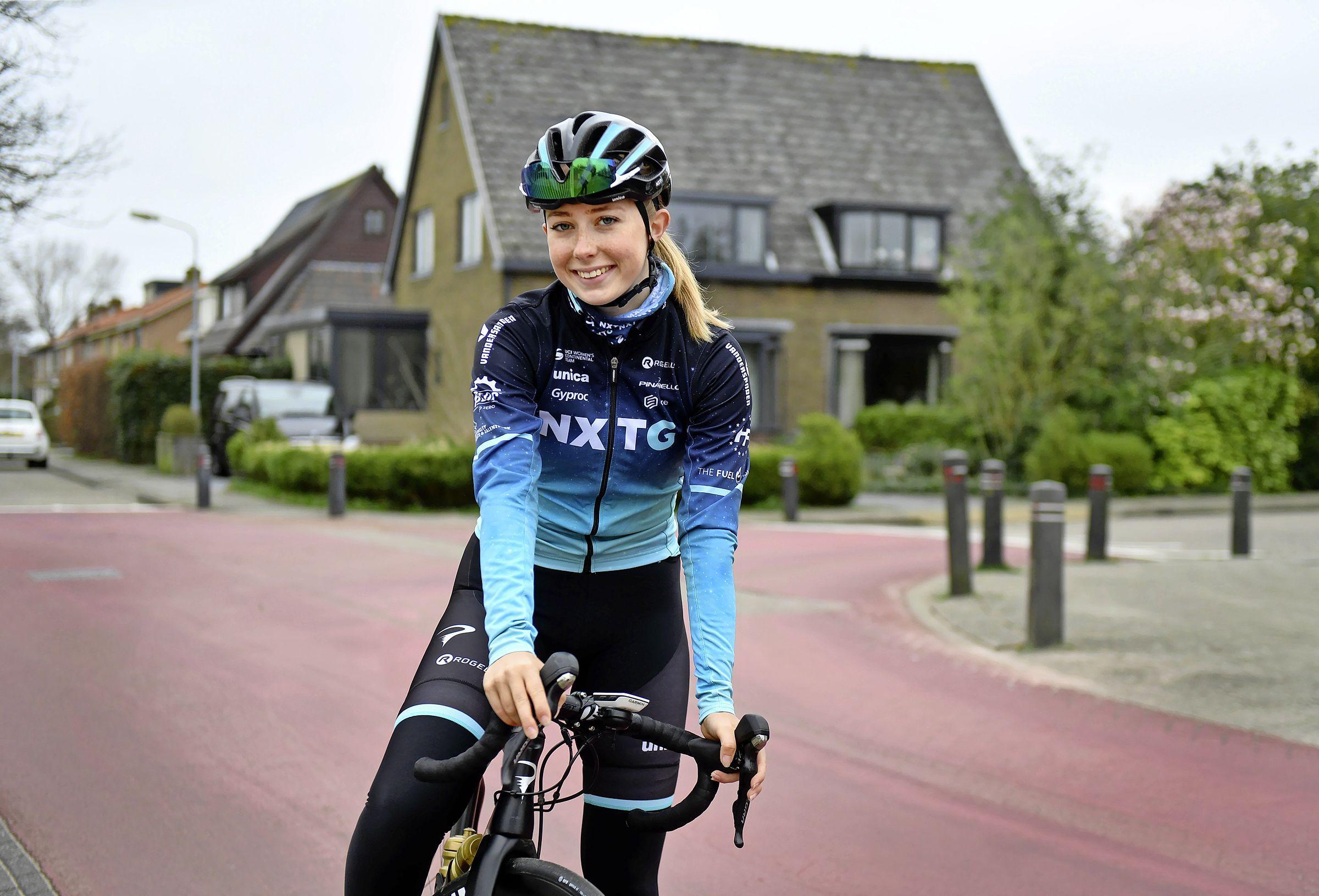 De 18-jarige Maud Rijnbeek moet meteen aan de bak tussen wereldtoppers als Amy Pieters, Ellen van Dijk en Lorena Wiebes. 'Uiteindelijk wil ik met het wielrennen ook mijn geld verdienen'