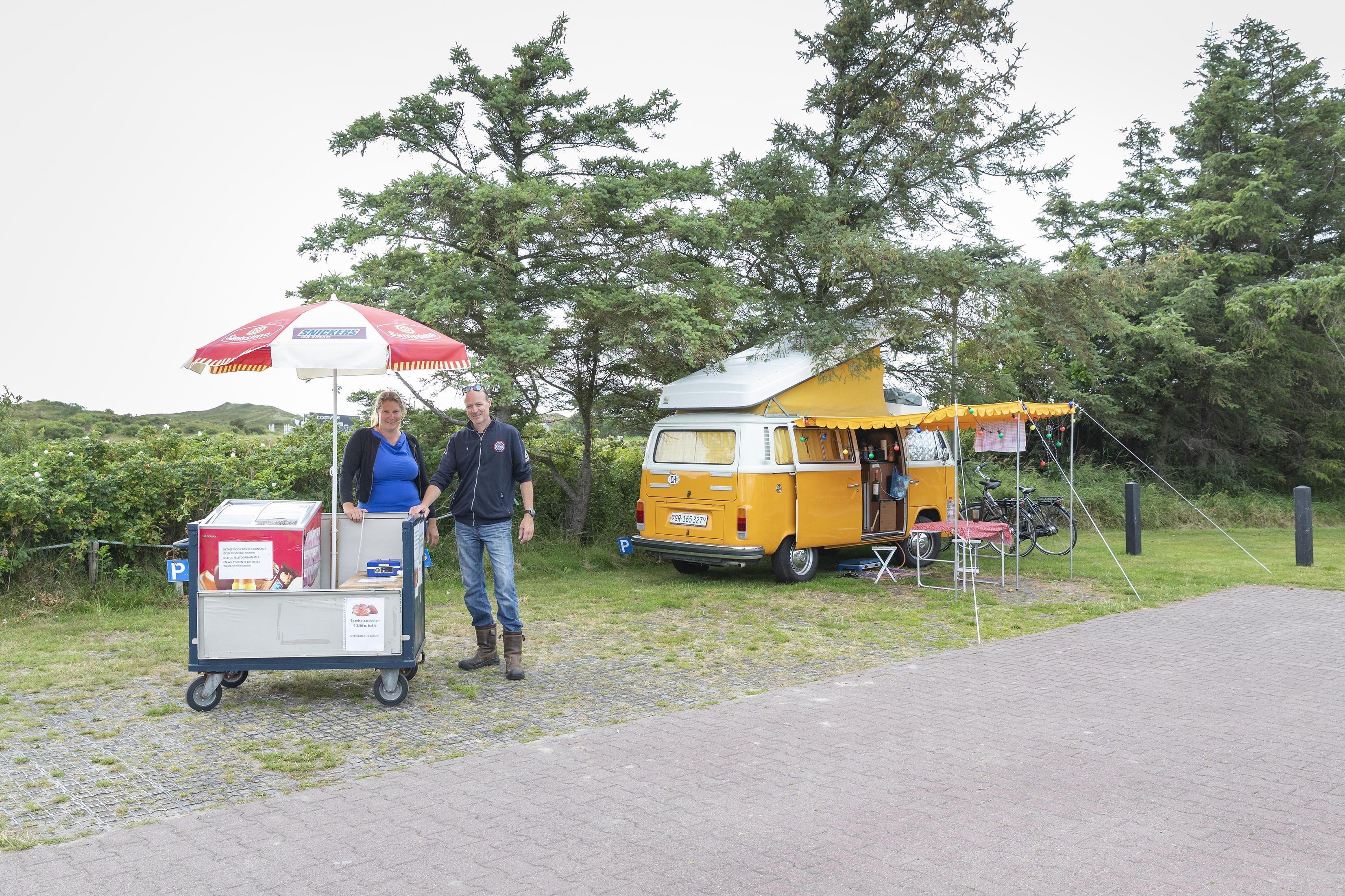 Marleen en Hans van De Zilvermeeuw op Texel zijn burgerlijk ongehoorzaam en niet van plan drie kampeereenheden te verplaatsen. De tijdelijke campingplaatsen maken de inkomstenderving door corona nog een beetje goed