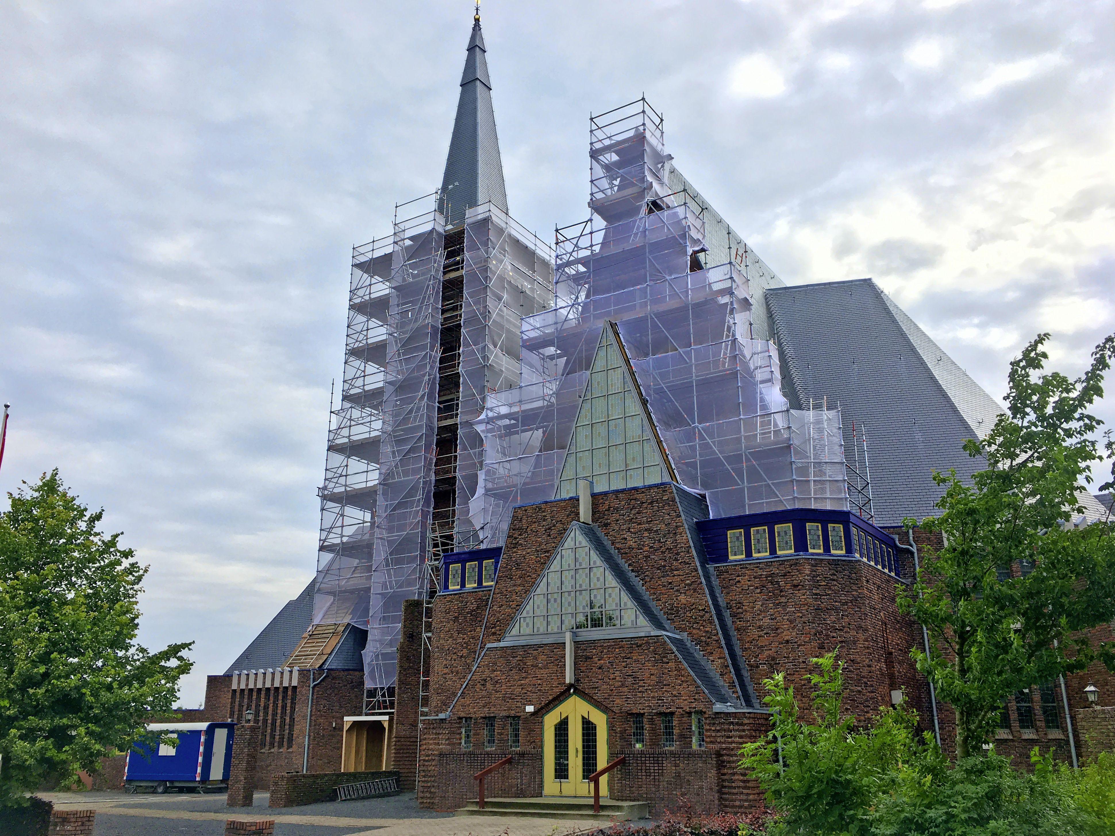 Restauratie mislukt: gereformeerde kerk Andijk weer in de steigers. De toren is zo lek als een mandje