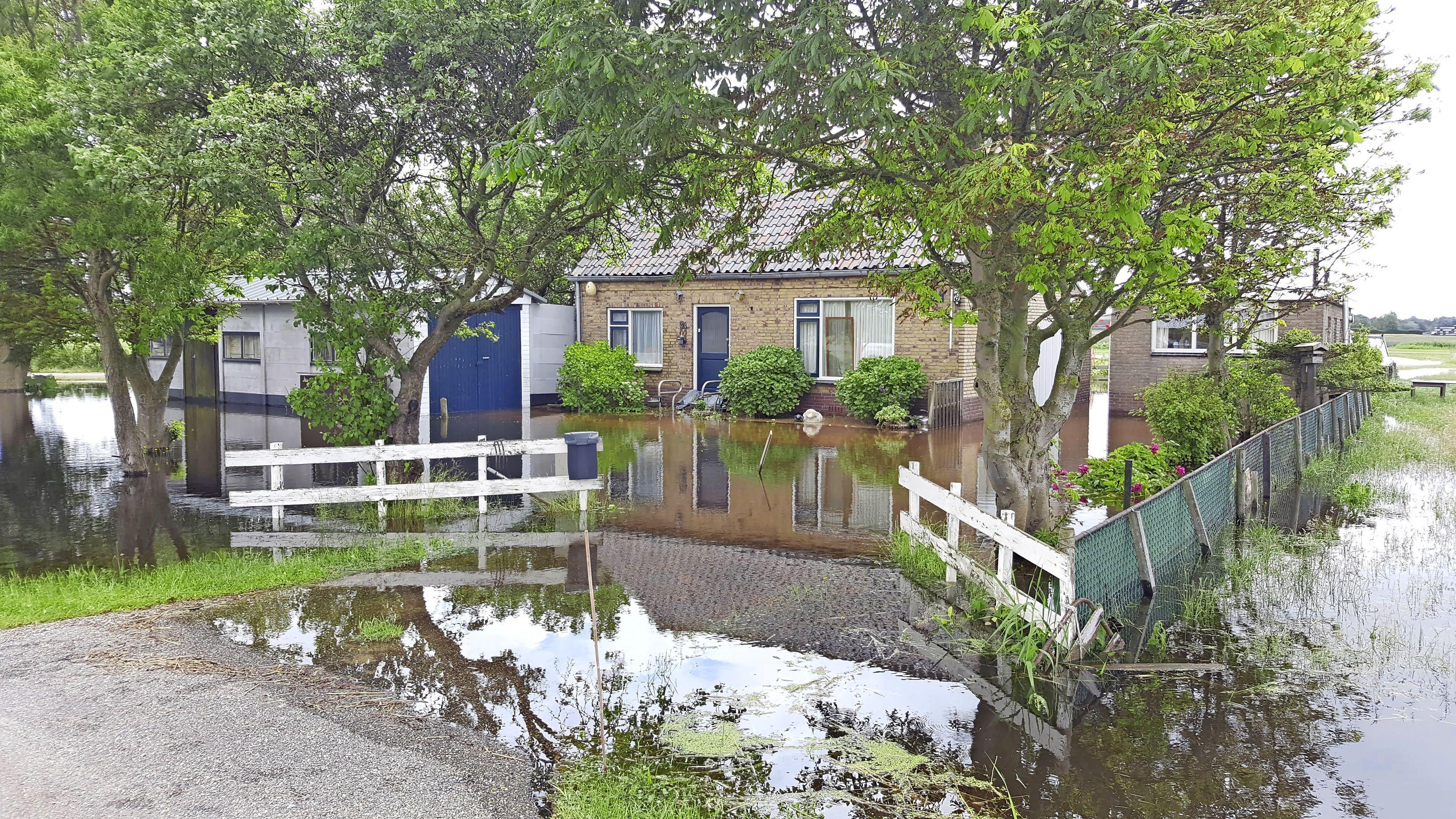 Woning staat blank door extreme wateroverlast, de oudere bewoners zijn geëvacueerd en flink ontdaan. Er zwommen karpers rond het huis