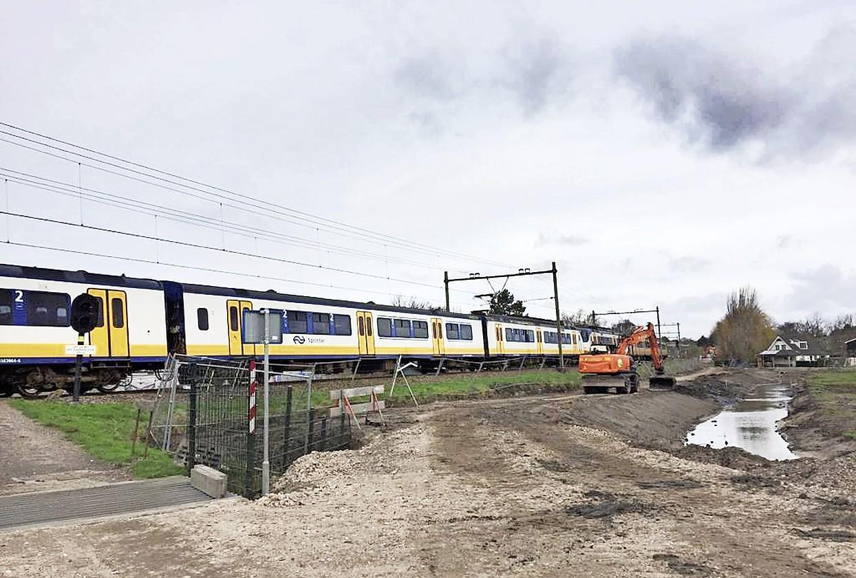 Eerste onbewaakte spoorwegovergang in Santpoort-Zuid gaat over enkele weken dicht, asfaltering ontsluitingsroute begint komende week