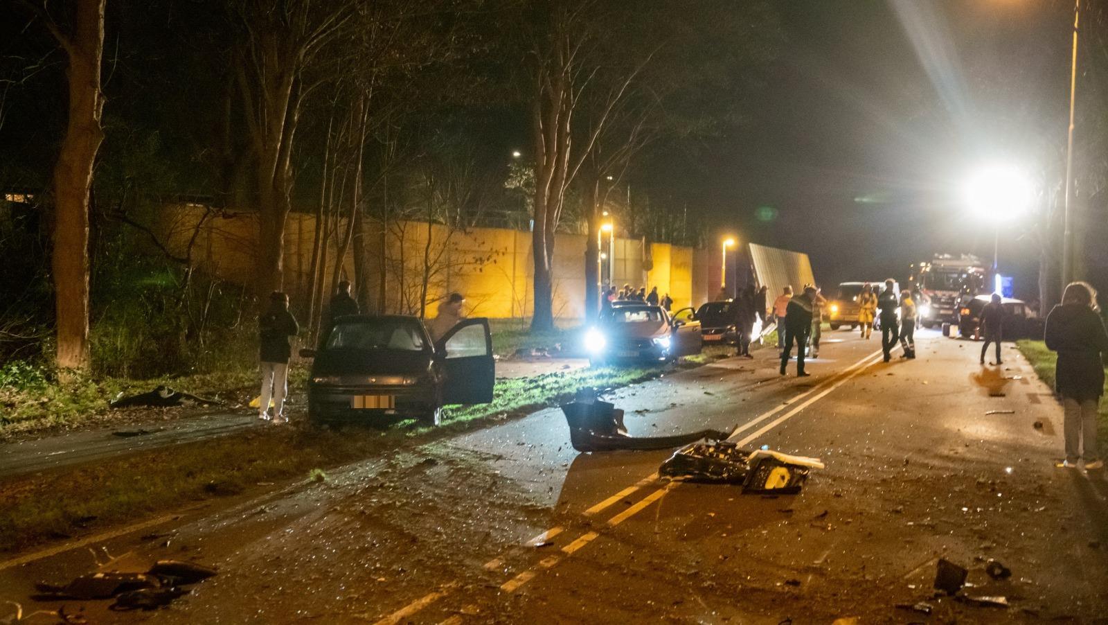 Ravage in Hilversum: bestuurder botst twee keer tegen boom aan en gaat ervandoor. Rondvliegende brokstukken veroorzaken flinke schade