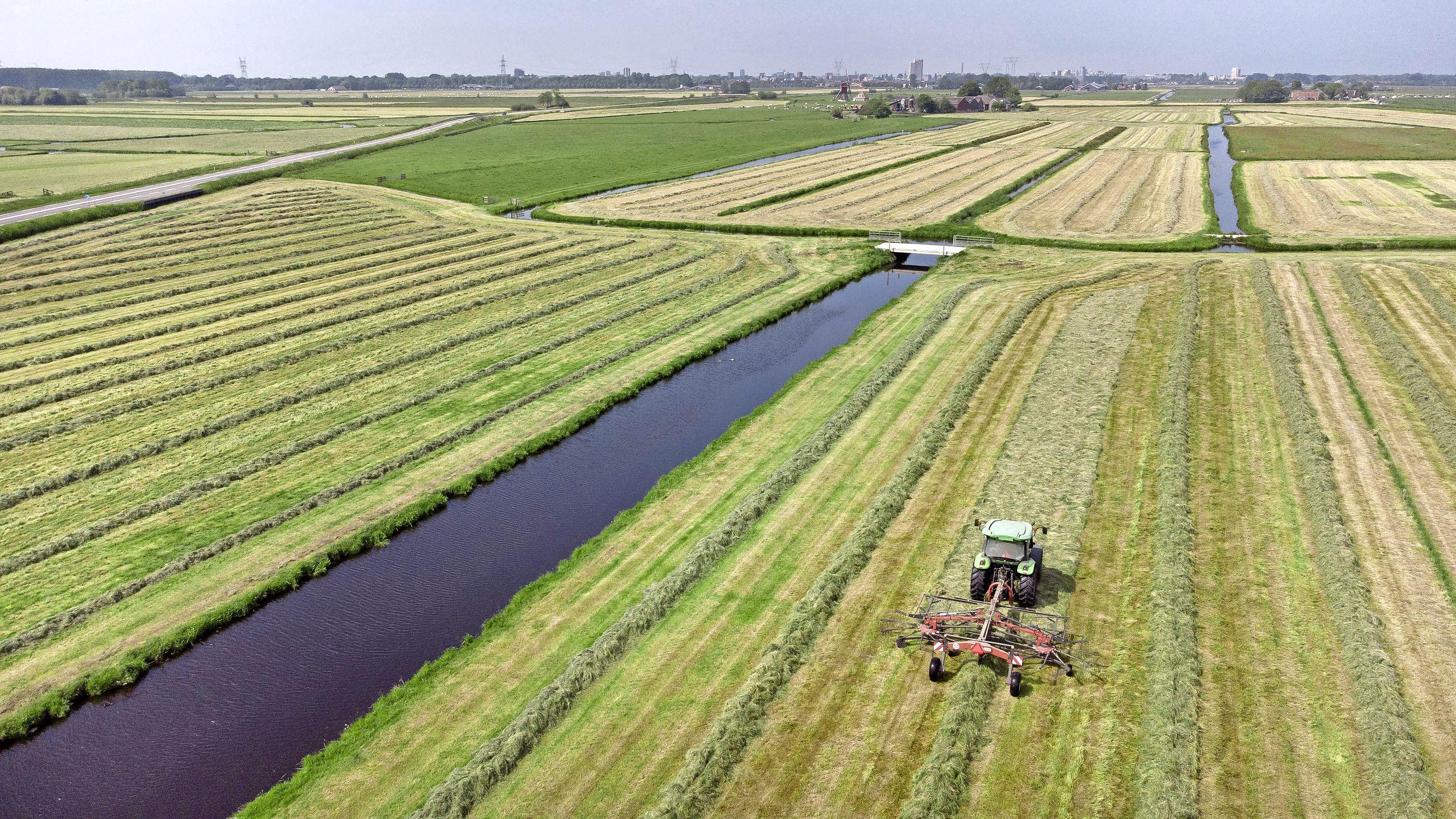 Eindelijk droog weer voor de gras inkuilende boeren