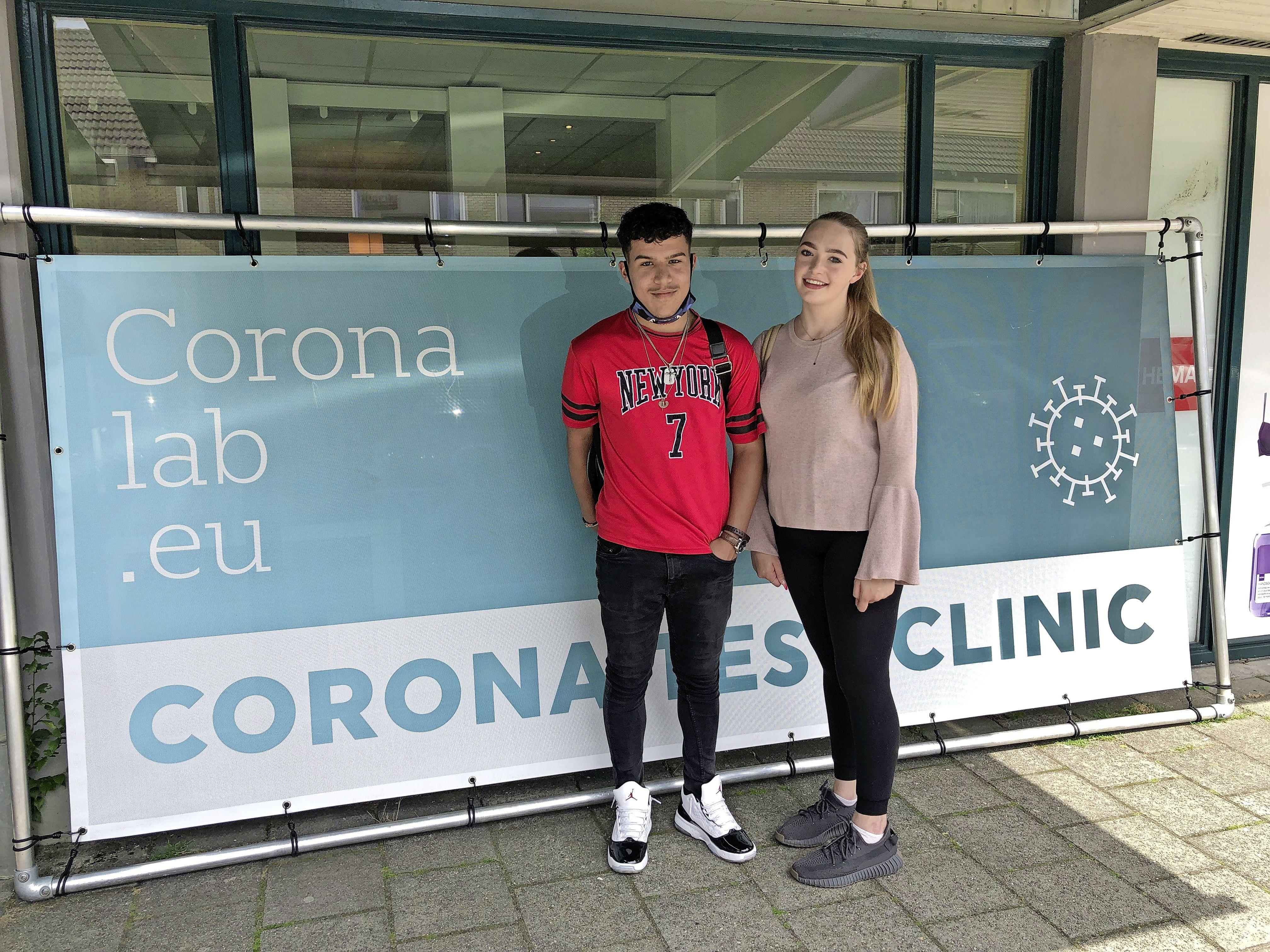 Bij Coronalab in Kortenhoef testen ze vooral jongeren en gezinnen die op vakantie willen: 'Als de uitslag negatief is, vliegen we zondag naar Turkije. De kinderen hebben hun vader al een jaar niet meer gezien'