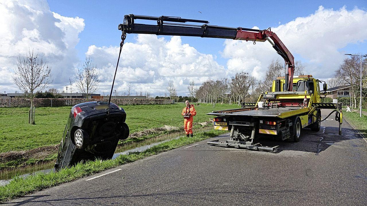 Auto te water in Oosterblokker, bestuurder verlaat plaats ongeval