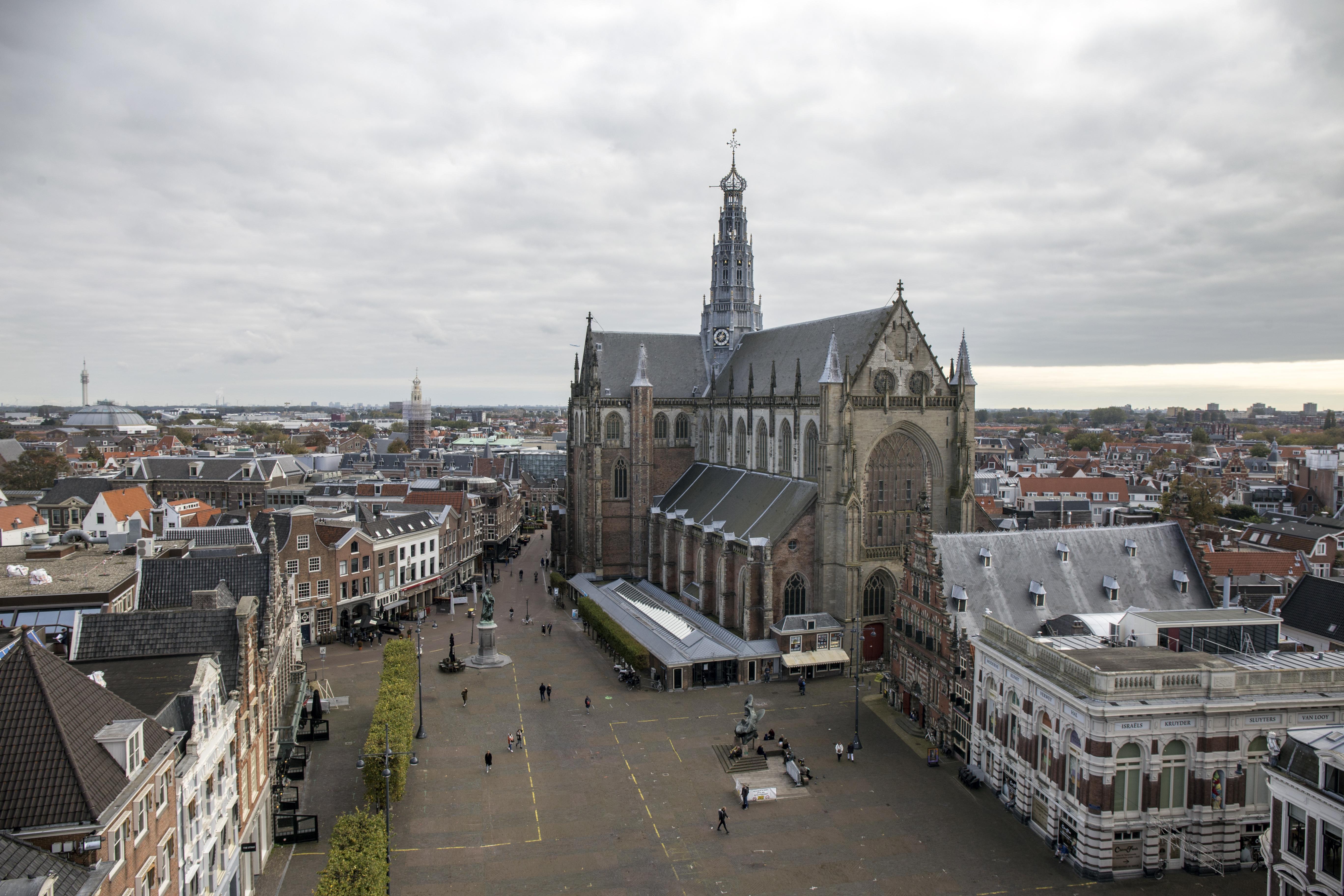 Unieke blik op de Bavo vanaf steiger stadhuis Haarlem