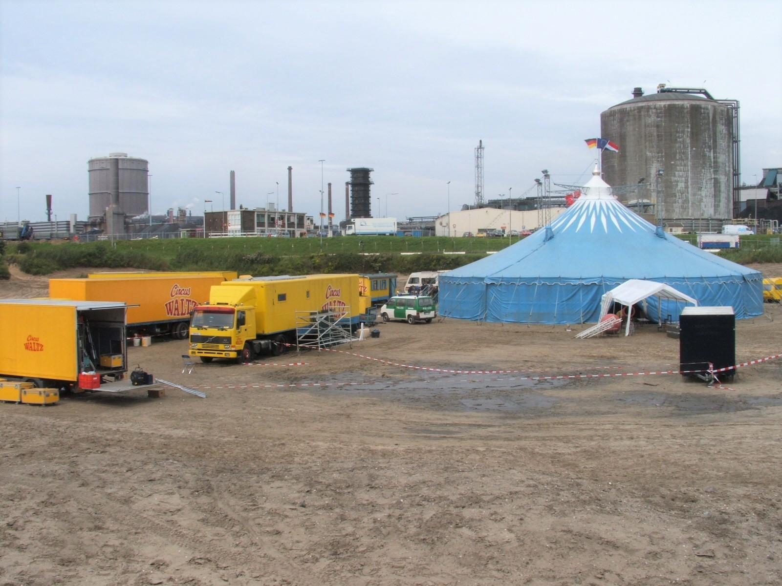 Velsen van Vroeger: Meeleven met een knokkend circus: makers televisieserie streken neer in crosskuil bij sluizencomplex