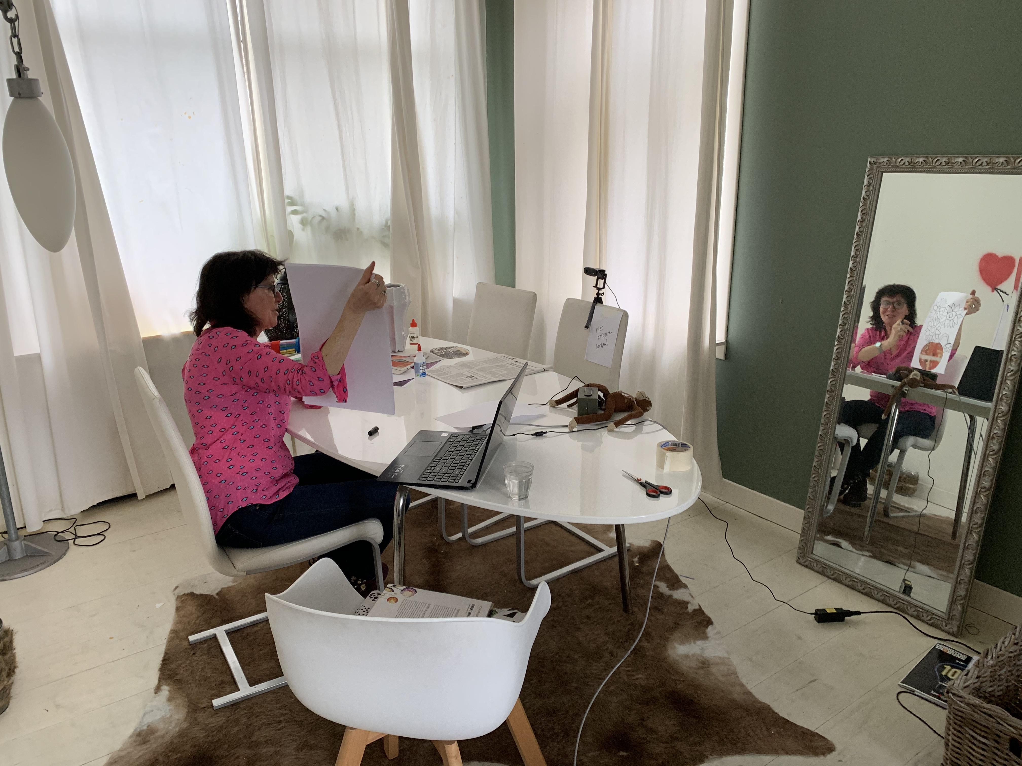 Juf Marit geeft kinderen kunstles in barre tijden [video]
