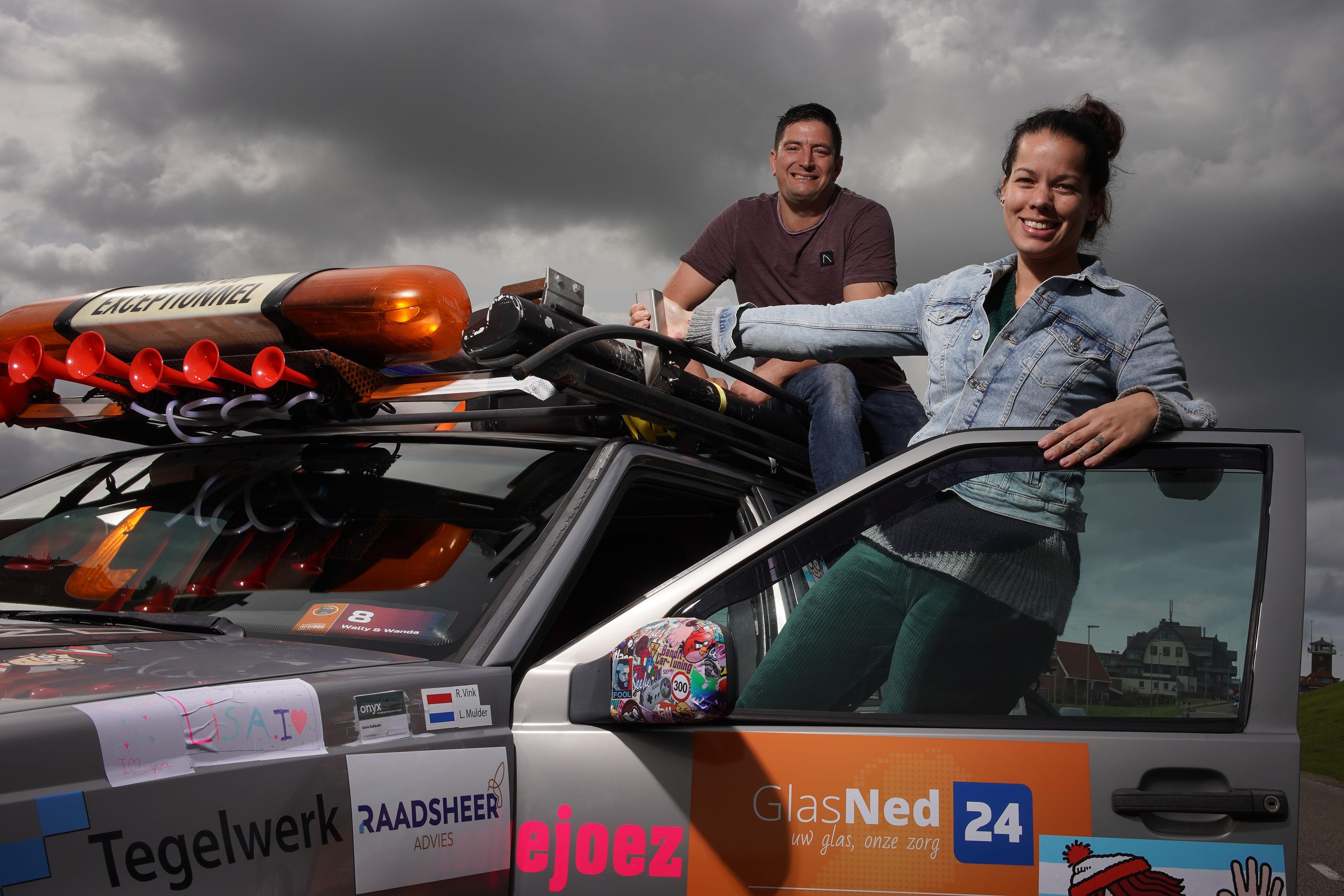 'Dát is nou echt iets voor ons': met een ouwe rammelbak maken Ron en Lisa uit Den Helder een roadtrip voor het goede doel door Europa