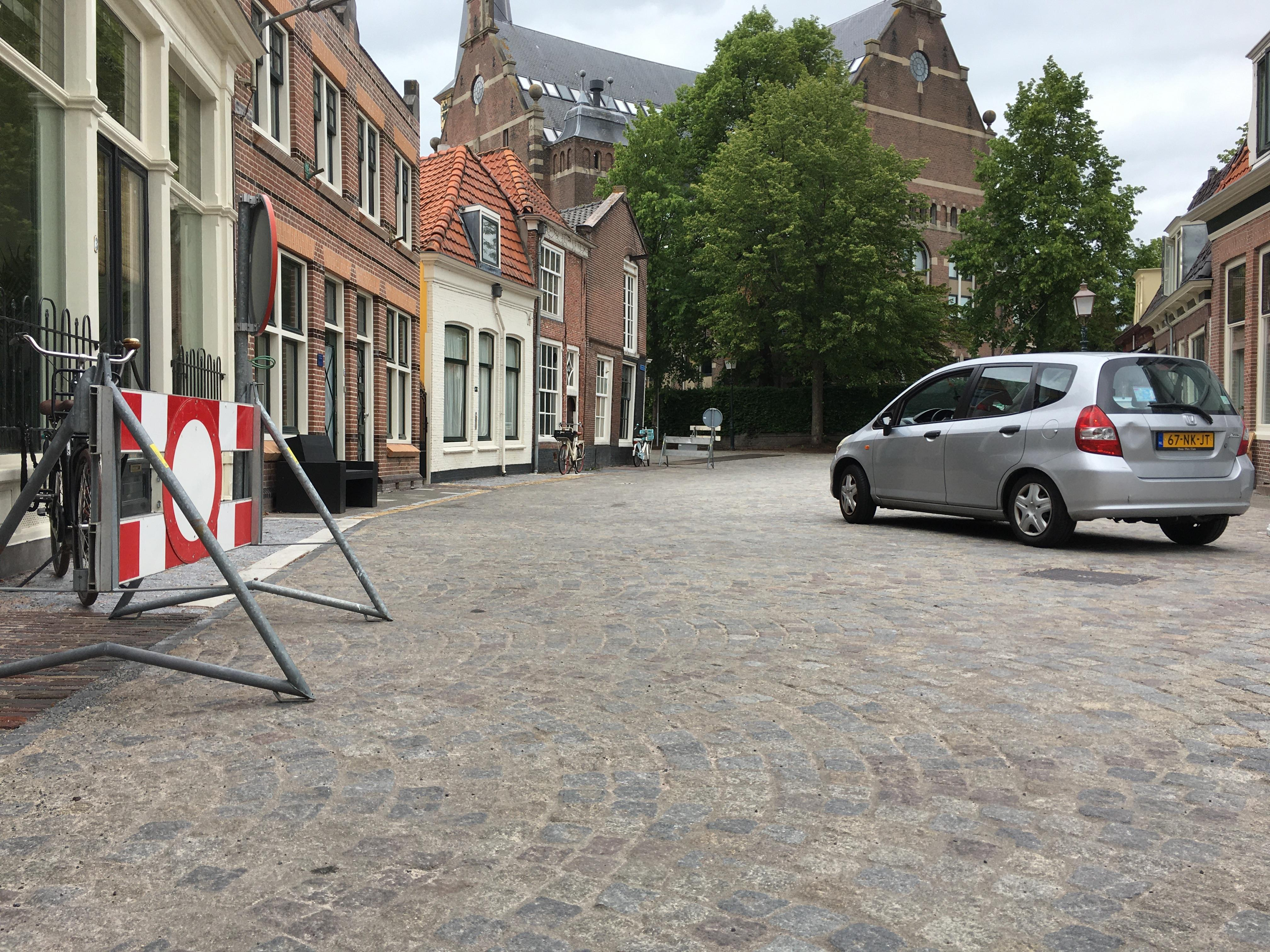 Verkeersregelaars weg na bedreiging bij afsluiting Kerkplein; gemeente Hoorn wil aangifte doen: 'Je blijft van onze mensen af'