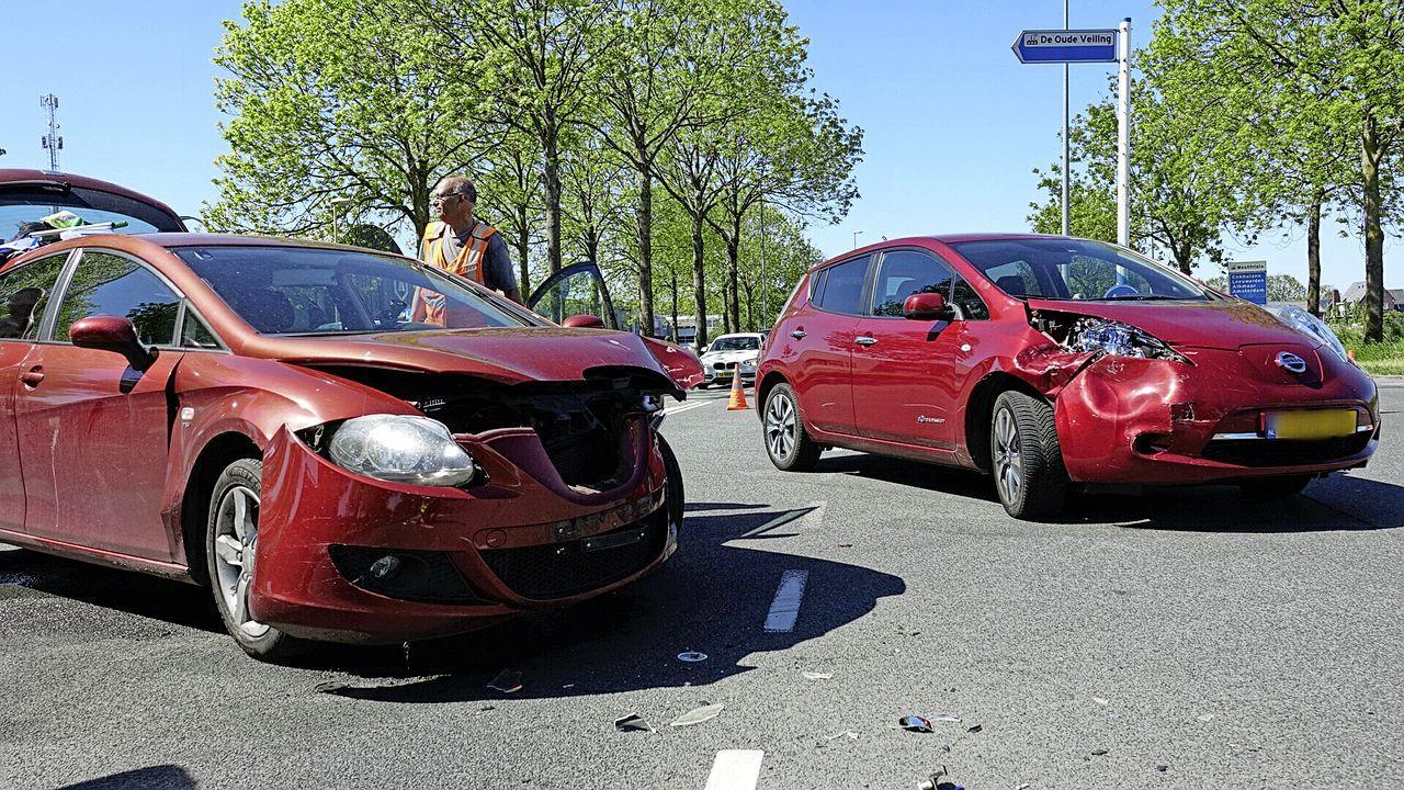 Inzittende naar ziekenhuis na autobotsing in Zwaag
