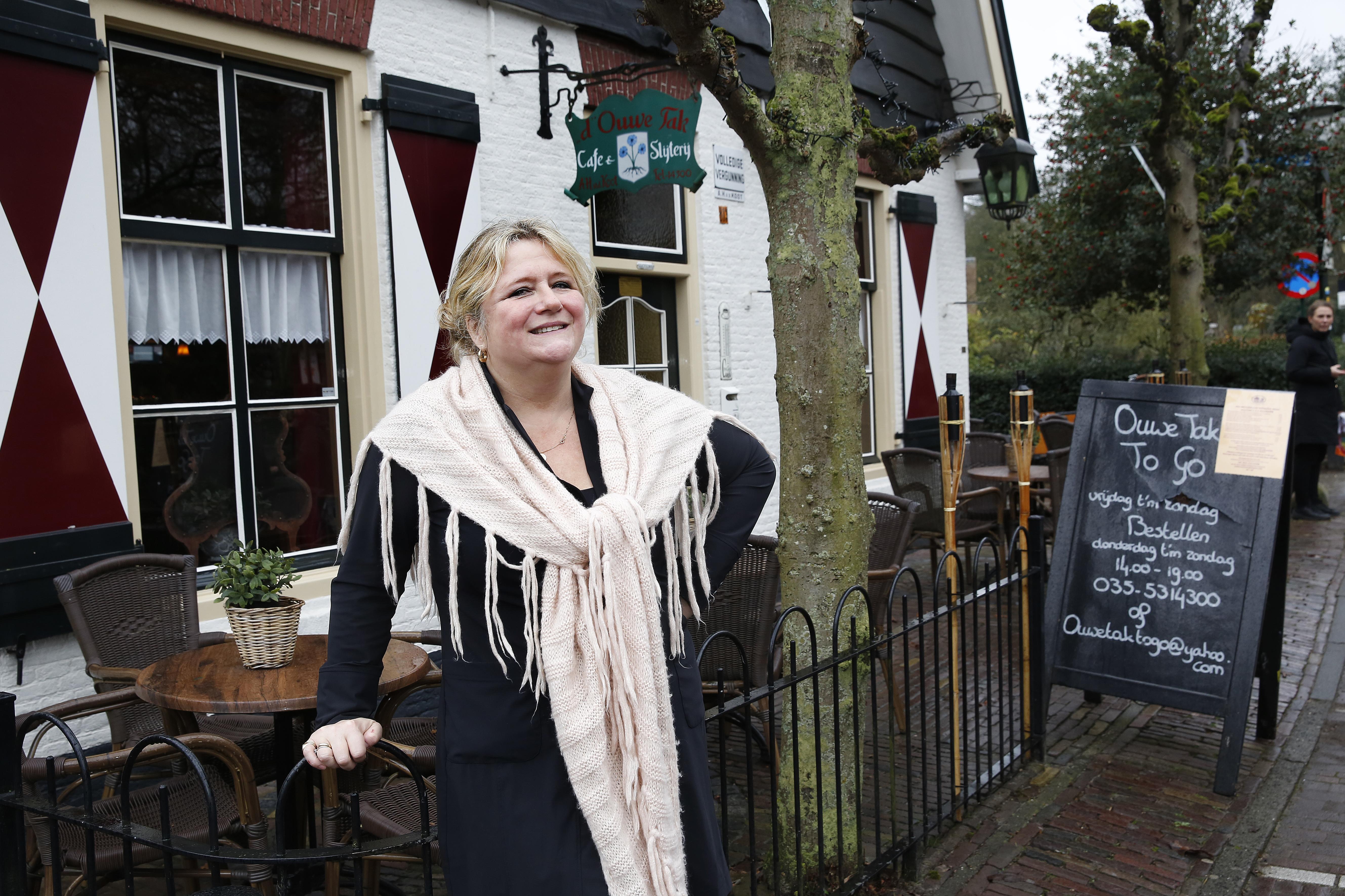 Café d' Ouwe Tak in Blaricum buigt niet voor coronacrisis: 'Maar van binnen ga je een beetje kapot'