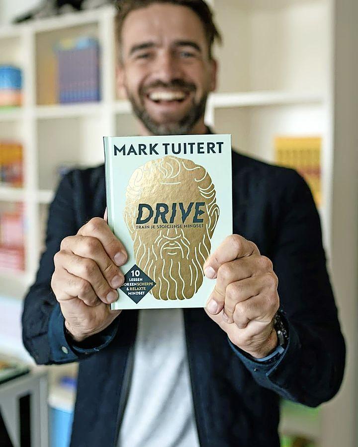 Olympisch schaatskampioen Mark Tuitert signeert zaterdag zijn boek 'Drive' in Roelofarendsveen