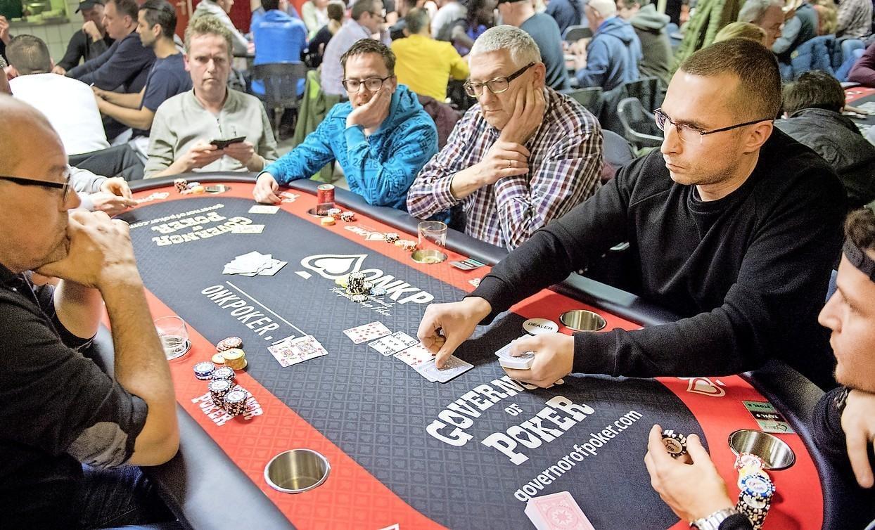 Pokeren om punten met one pair en flush