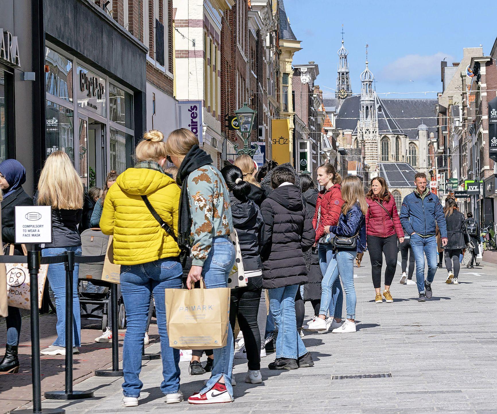 Het wordt te druk in winkelstad Alkmaar. Enorme rijen van shoppers. Ondernemers doen oproep: 'Kom 's ochtends, dan is het nog lekker rustig'