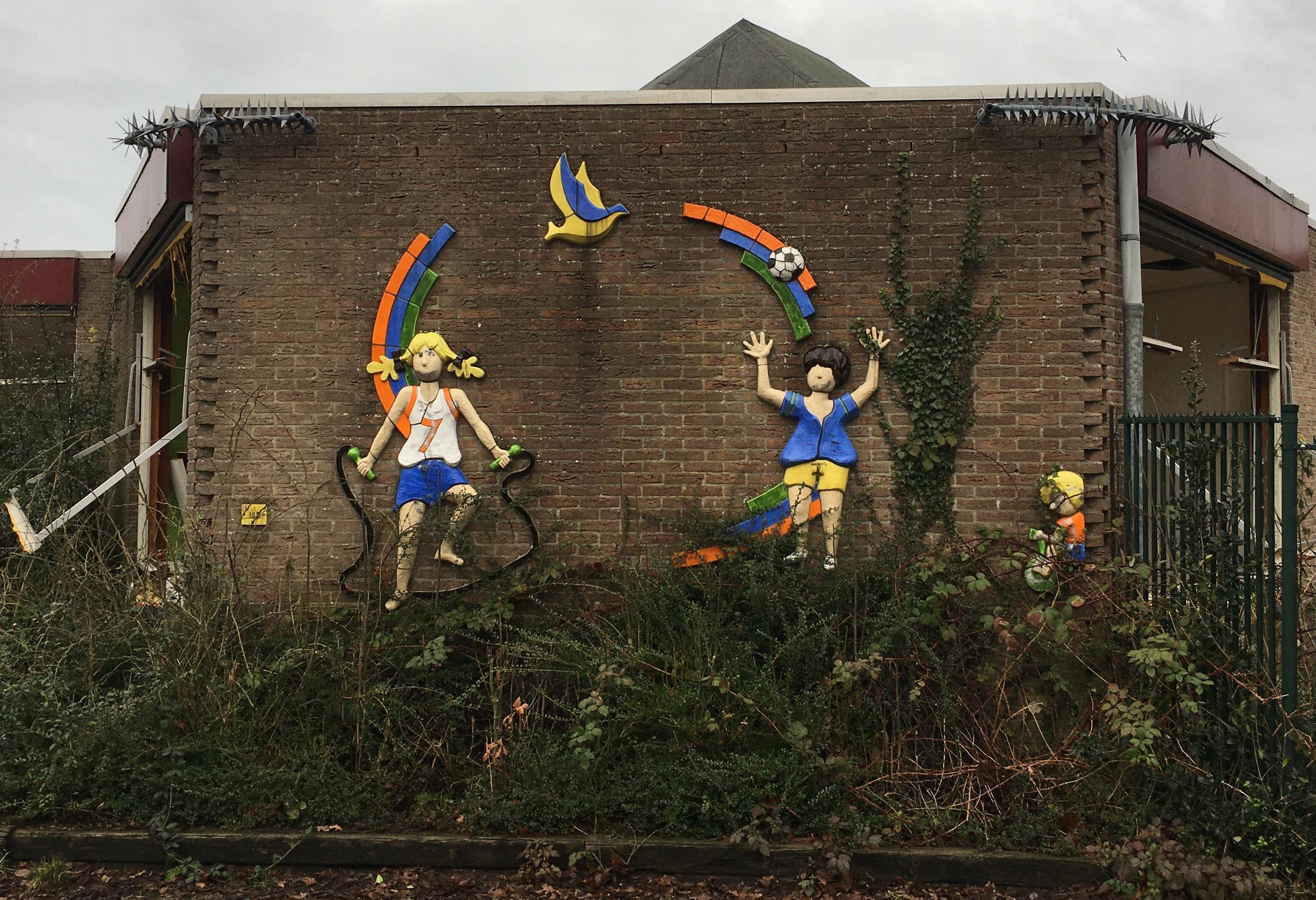 Het fietspoppetje van de oude basisschool in Warmenhuizen is op klaarlichte dag 'ontvoerd': 'Wie doet nou zoiets?'