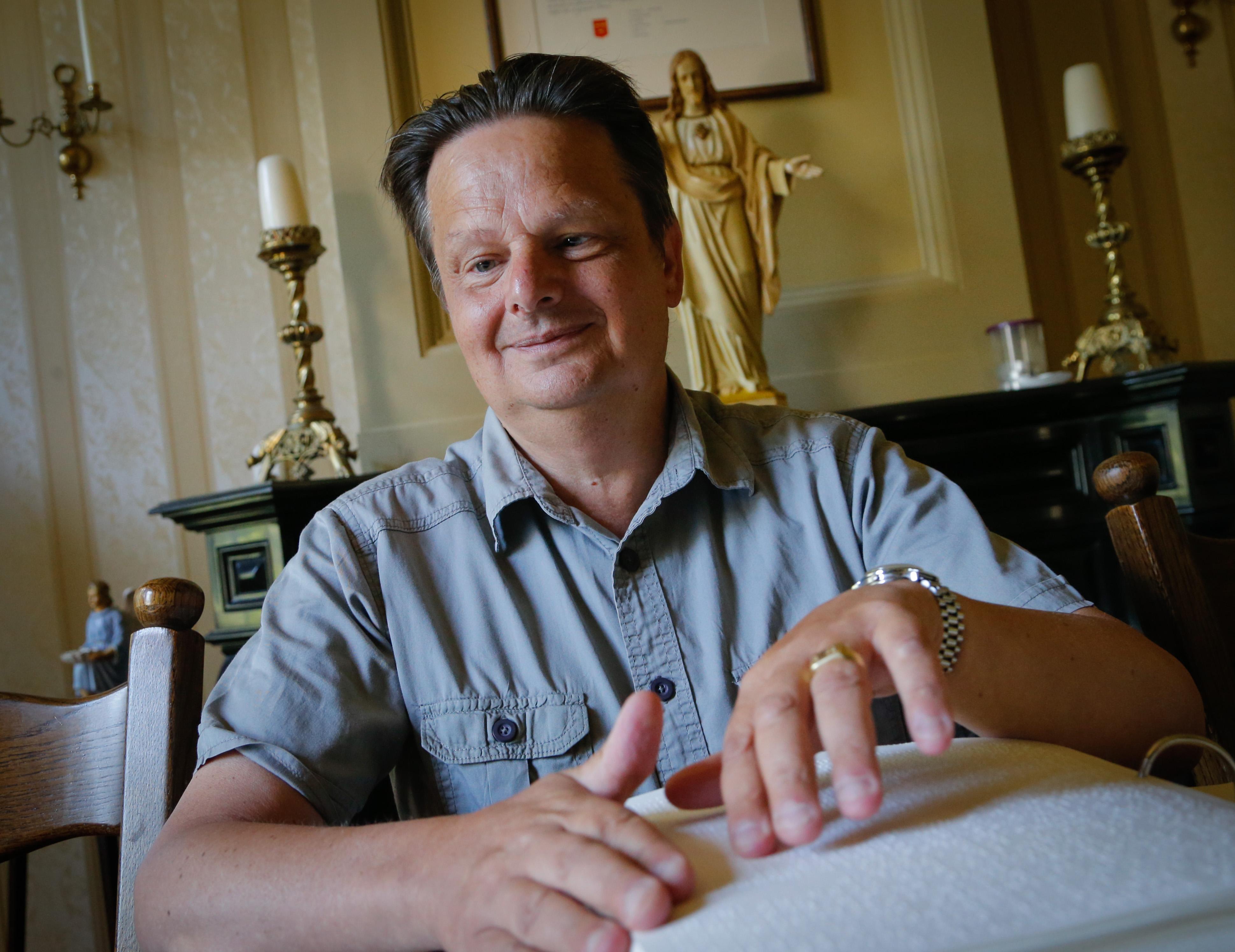 Blinde Bert Glorie uit Obdam wordt op 58ste priester: 'Wie niet ziet, luistert beter'