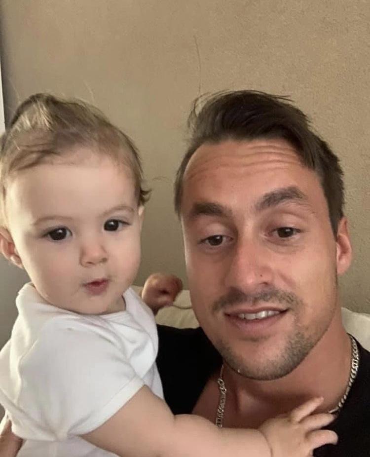 IJmuidenaren leven massaal mee met vader Dyon die zijn 8 maanden oude dochter Yara verloor. Moeder vast op verdenking van doodslag